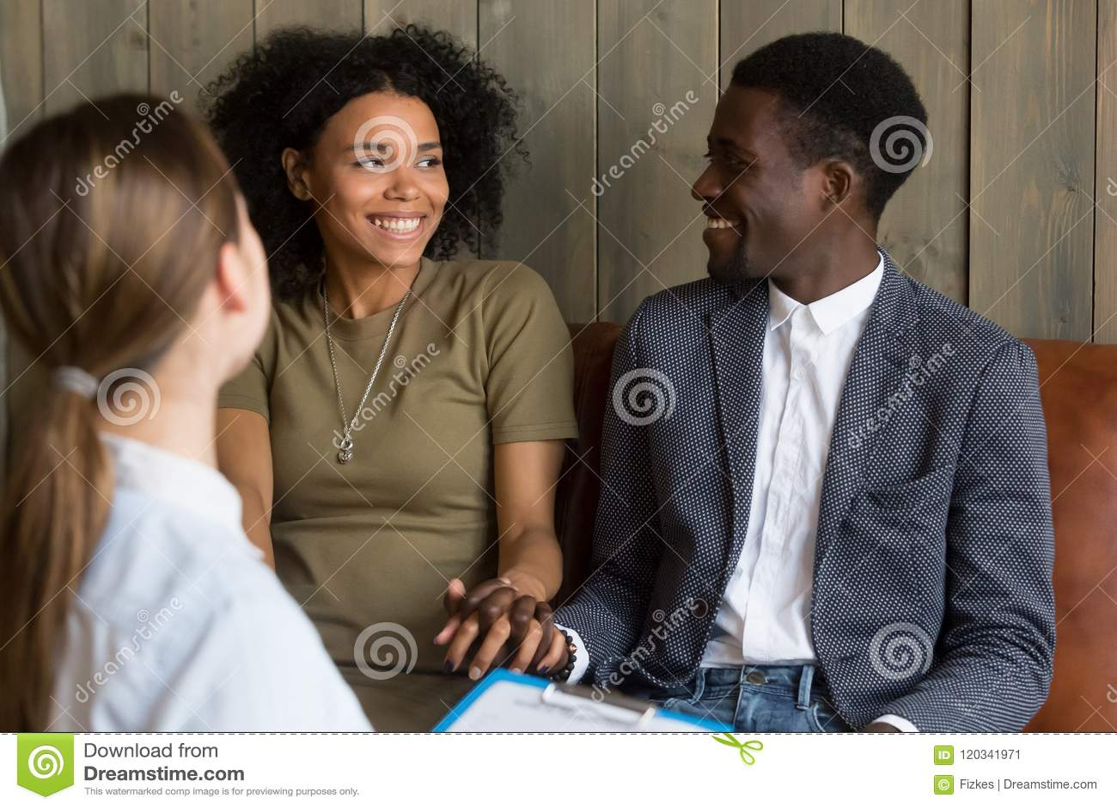Gelukkig Afrikaans Amerikaans die paar na succesvolle psycho wordt verzoend