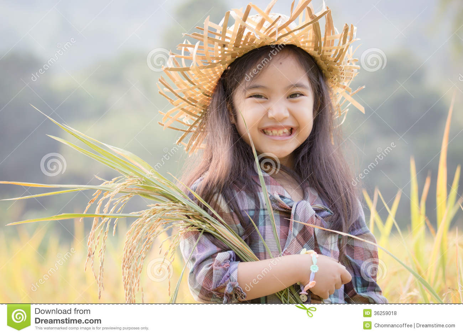 Gelukkig Aziatisch kind in padieveld