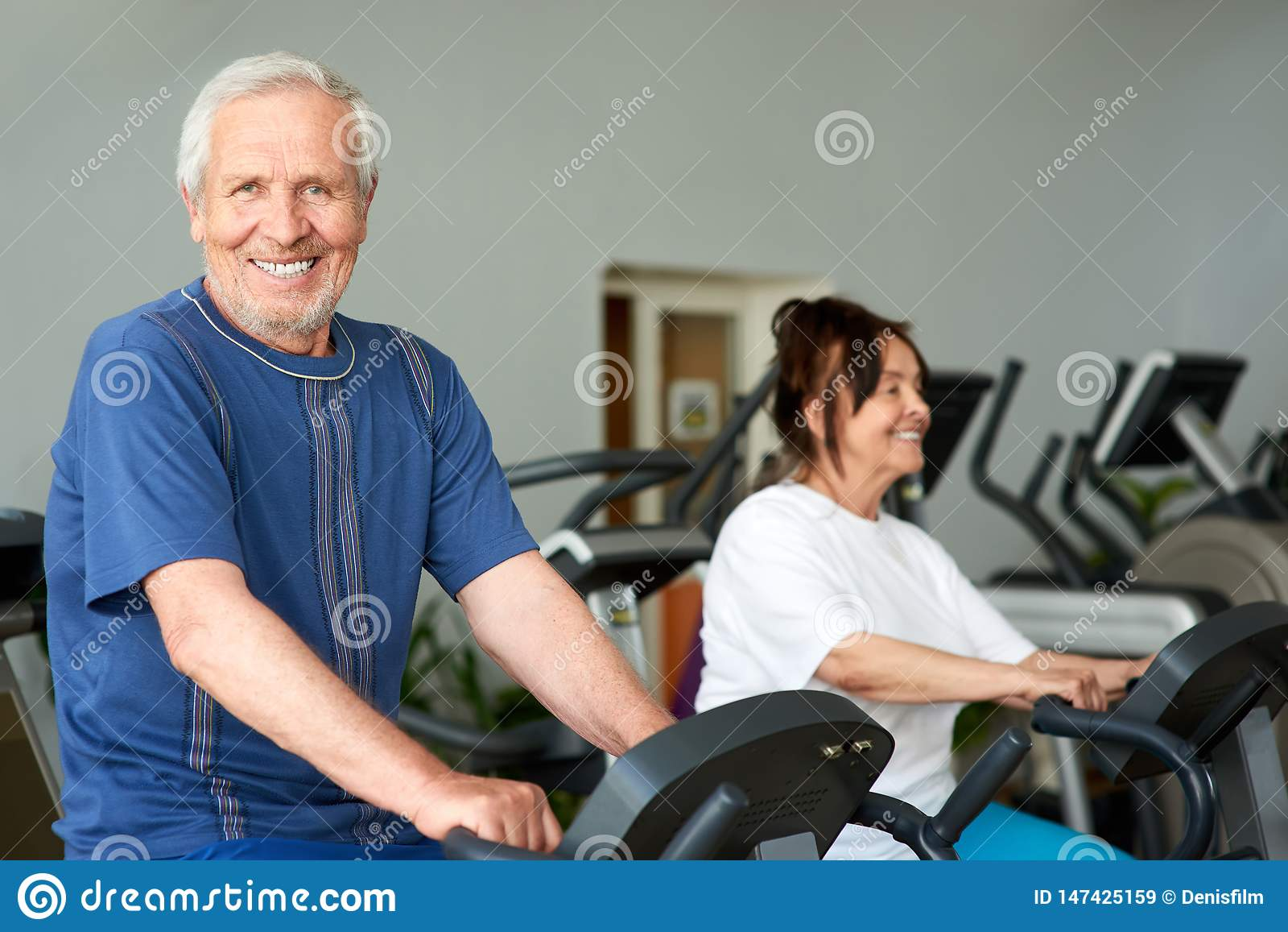 Gelukkig bejaarde die in gymnastiek uitwerken