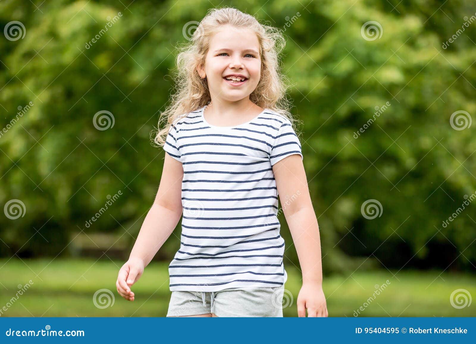 Gelukkig blond kind in de zomer
