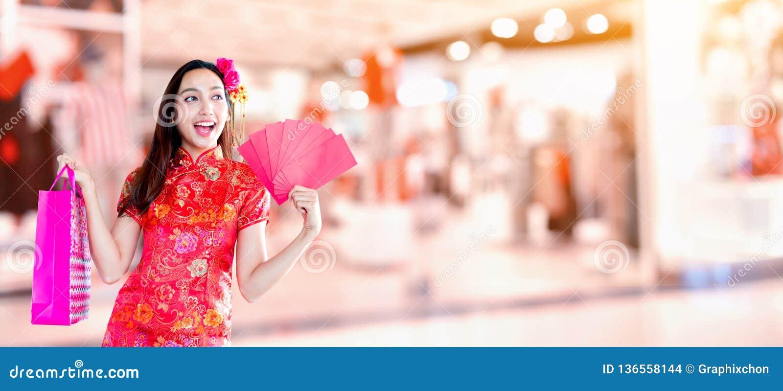 Gelukkig Chinees nieuw jaar Aziatische vrouw met het winkelen zak