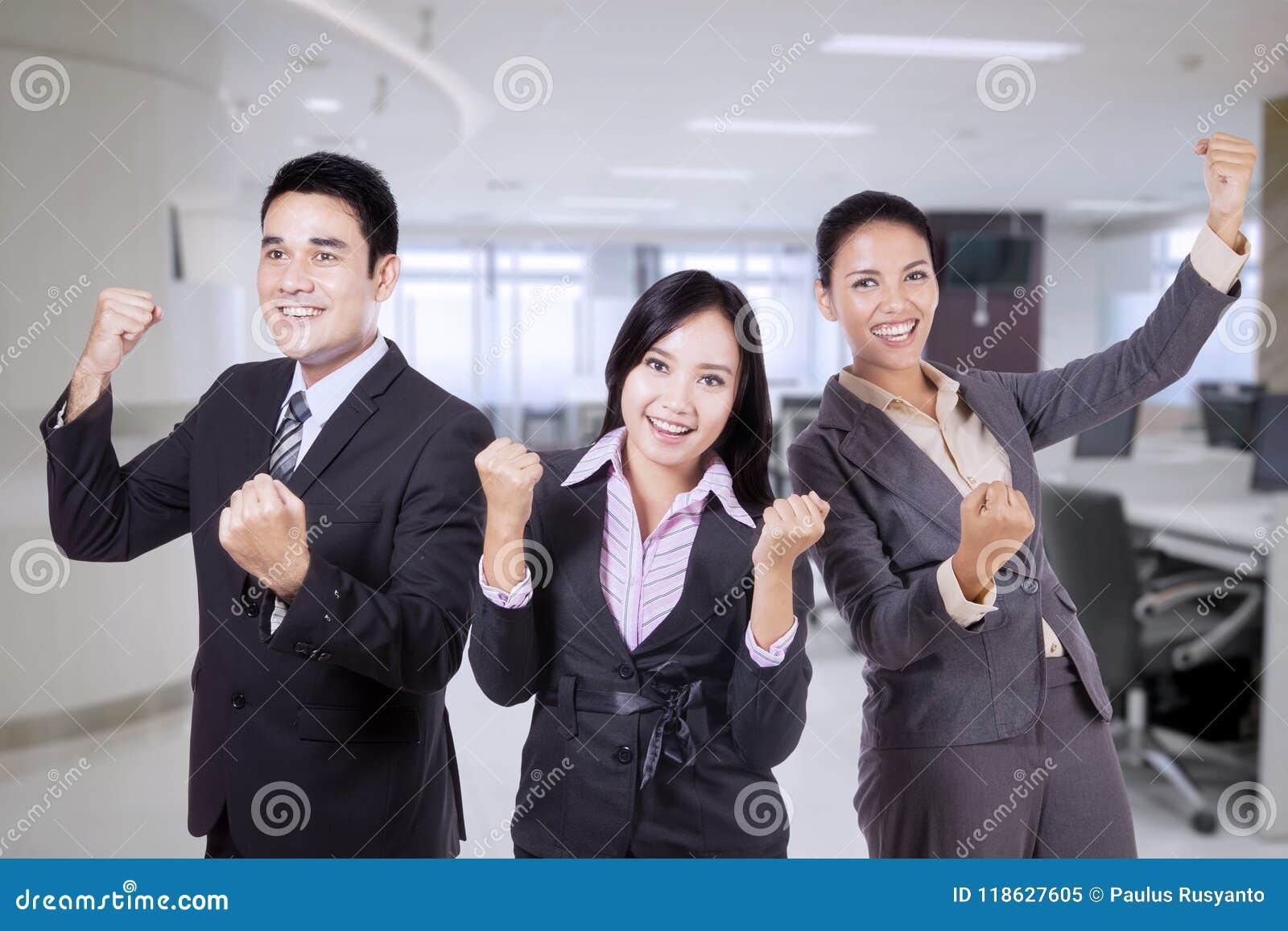 Gelukkig commercieel team die hun triomf vieren