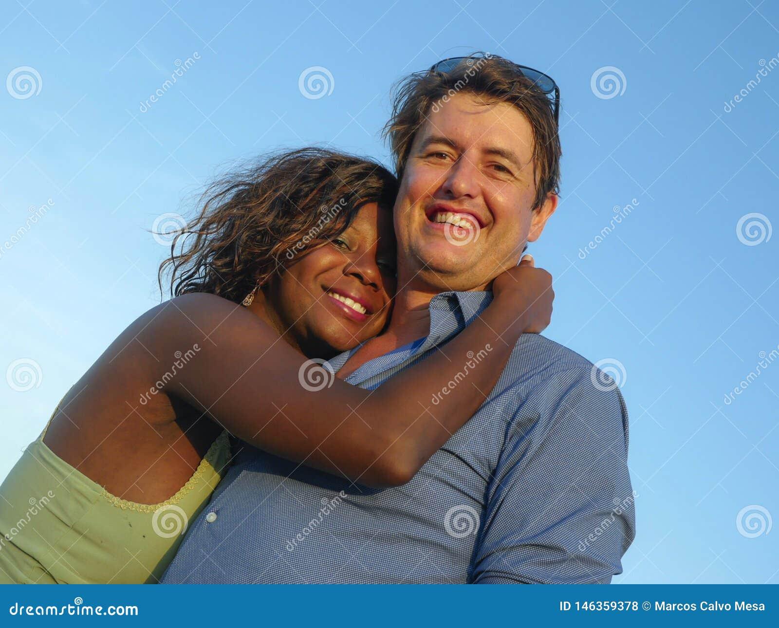 Gelukkig en mooi gemengd het behoren tot een bepaald raspaar in liefde met mooie Afrikaanse Amerikaanse vrouw en vrolijk Kaukasis