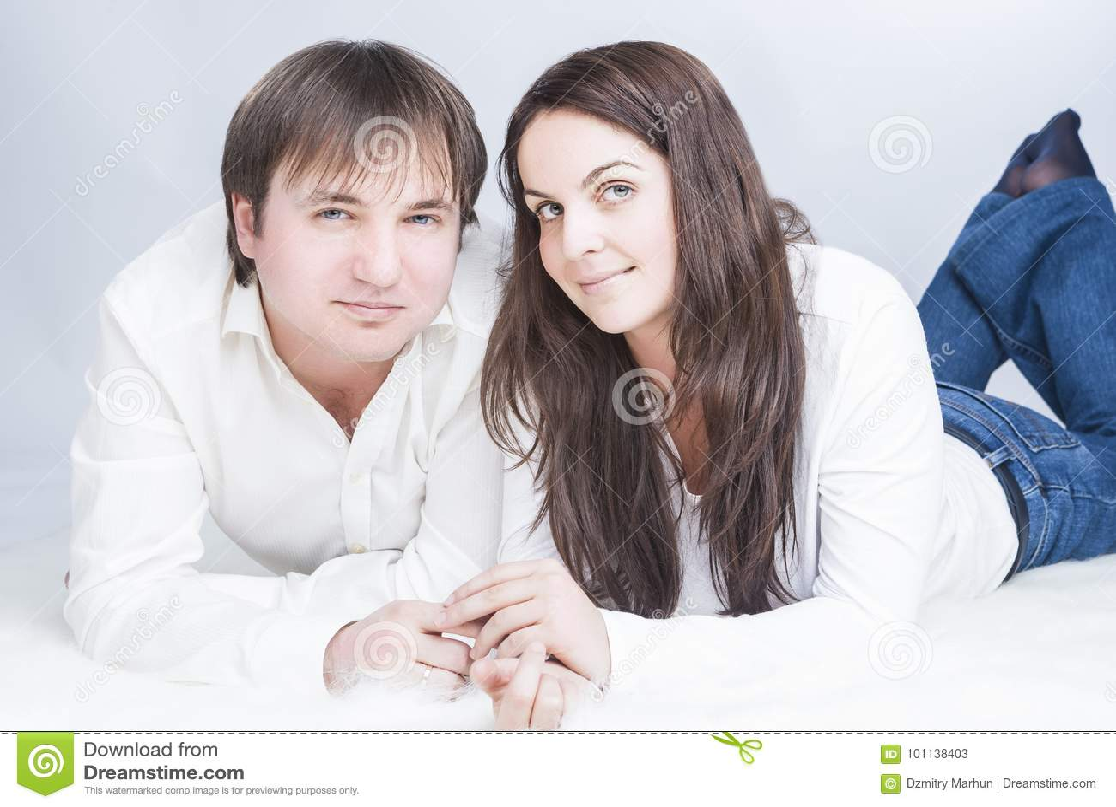 Gelukkig en Positief Kaukasisch Paar die Tijd hebben samen communicating