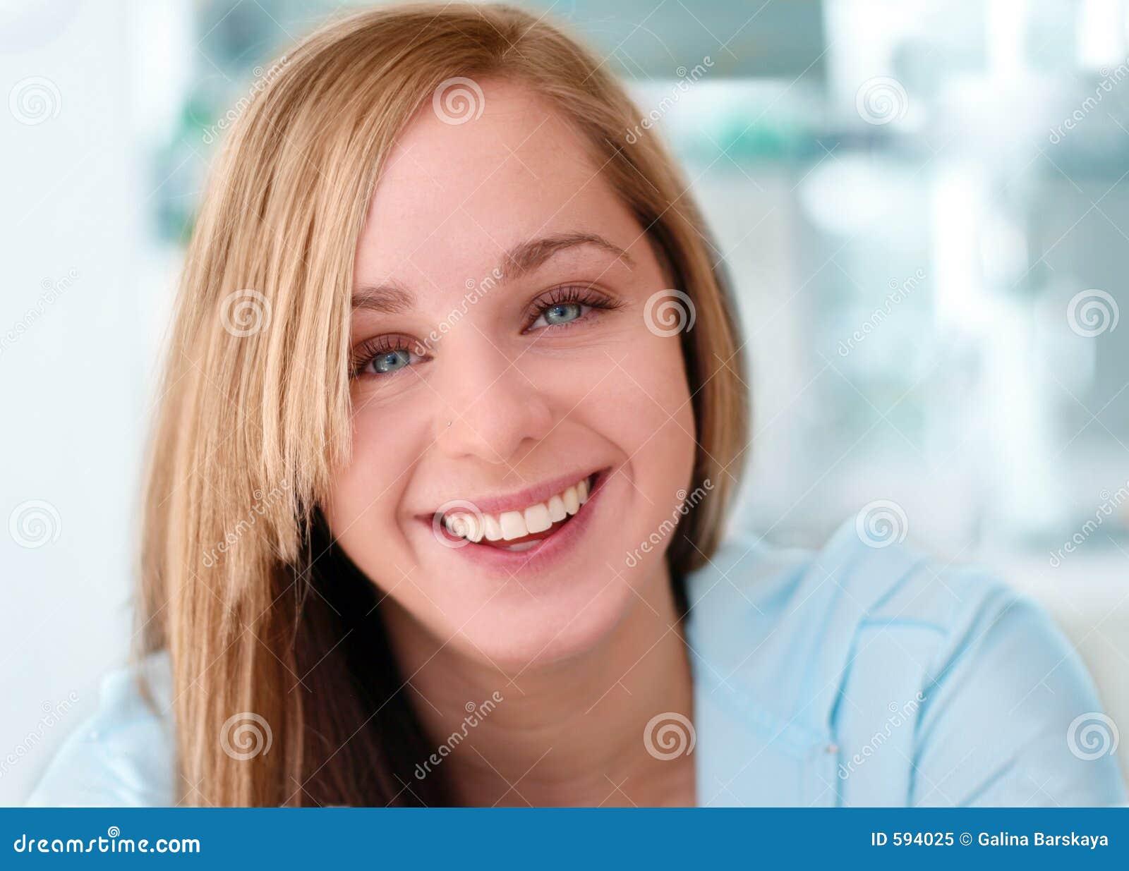 Gelukkig glimlachend meisje
