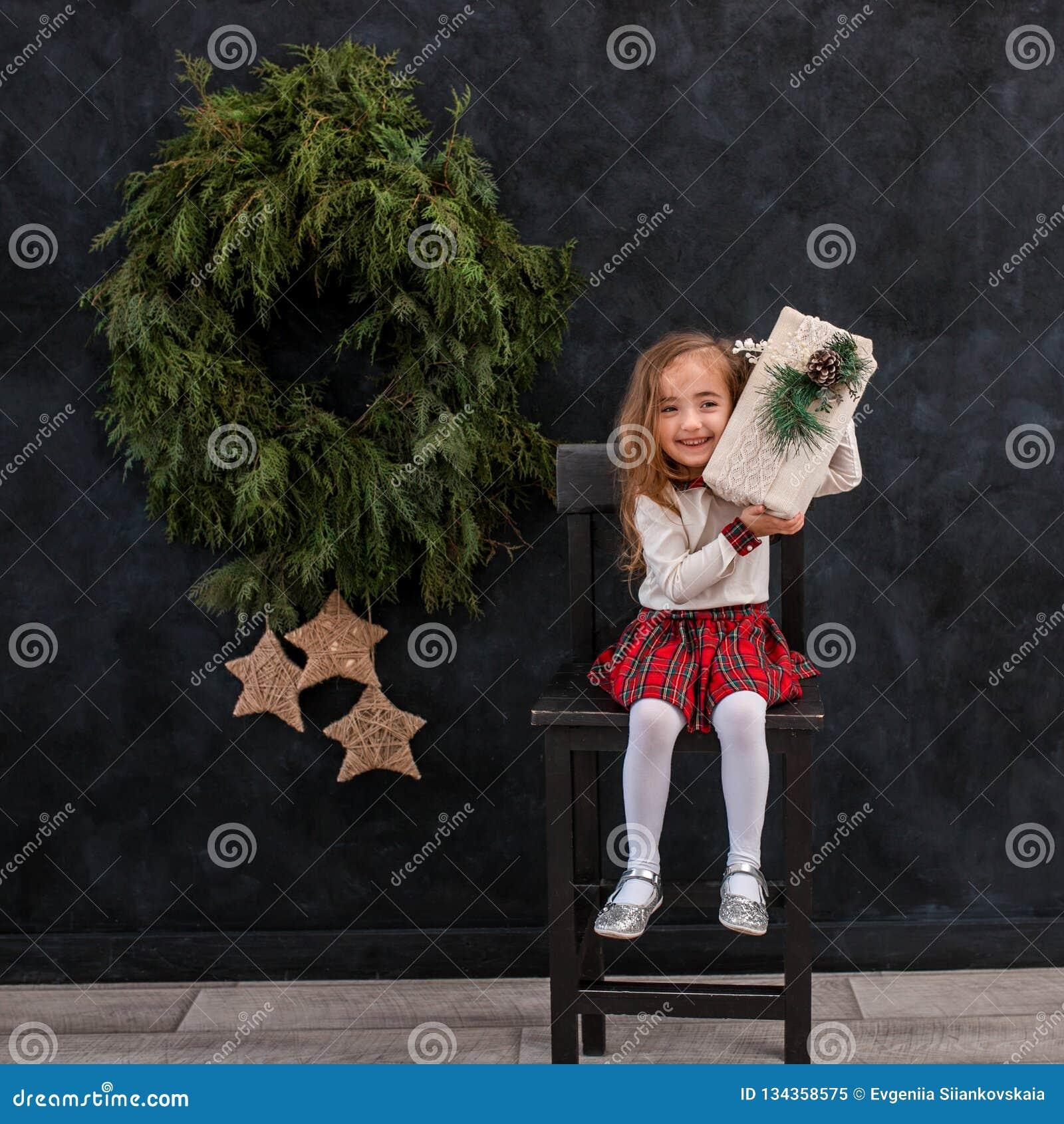 Gelukkig glimlachend meisje met de doos van de Kerstmisgift