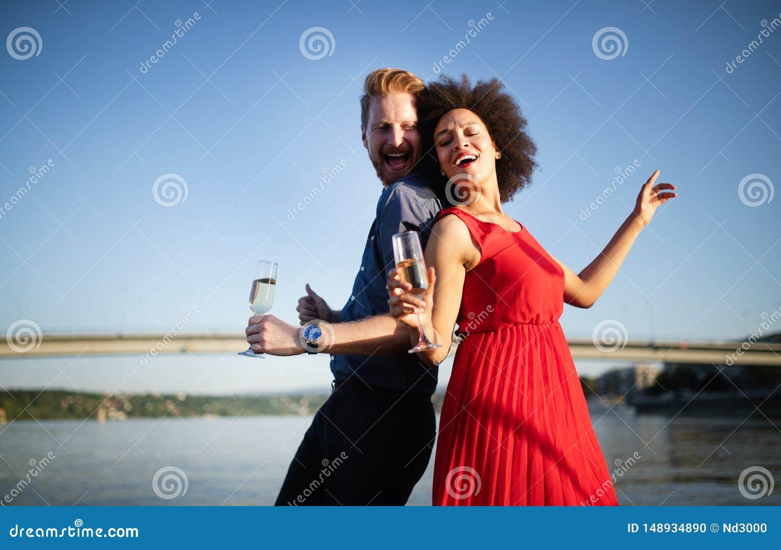 Gelukkig glimlachend paar in en liefde die dansen flirten