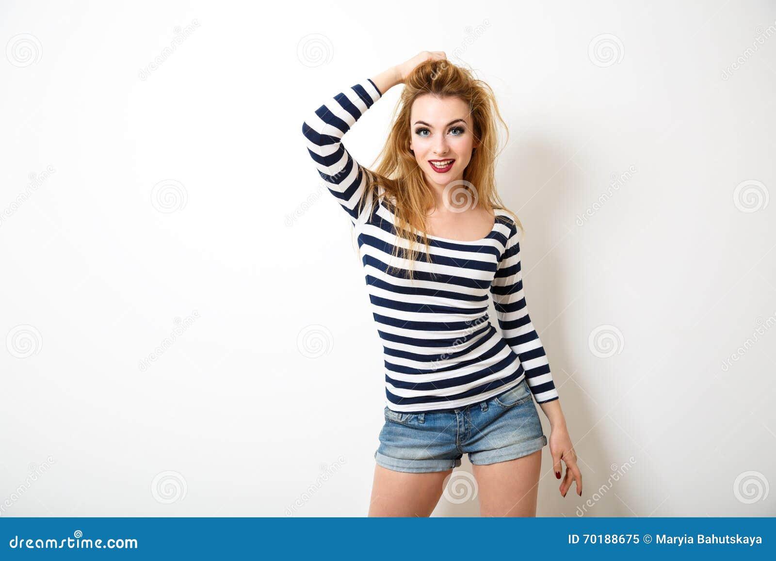 74d9611cdd618c Het gelukkige het Meisje van Hipster van de Straatstijl Stellen op Witte  Achtergrond Grappige Vrouw met Slordig Kapsel Geïsoleerde niet Foto met  Schaduw In ...