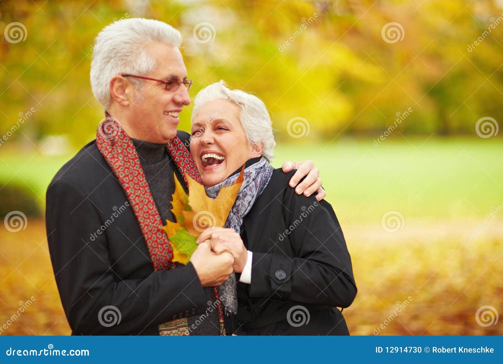 Gelukkig hoger paar in een bos