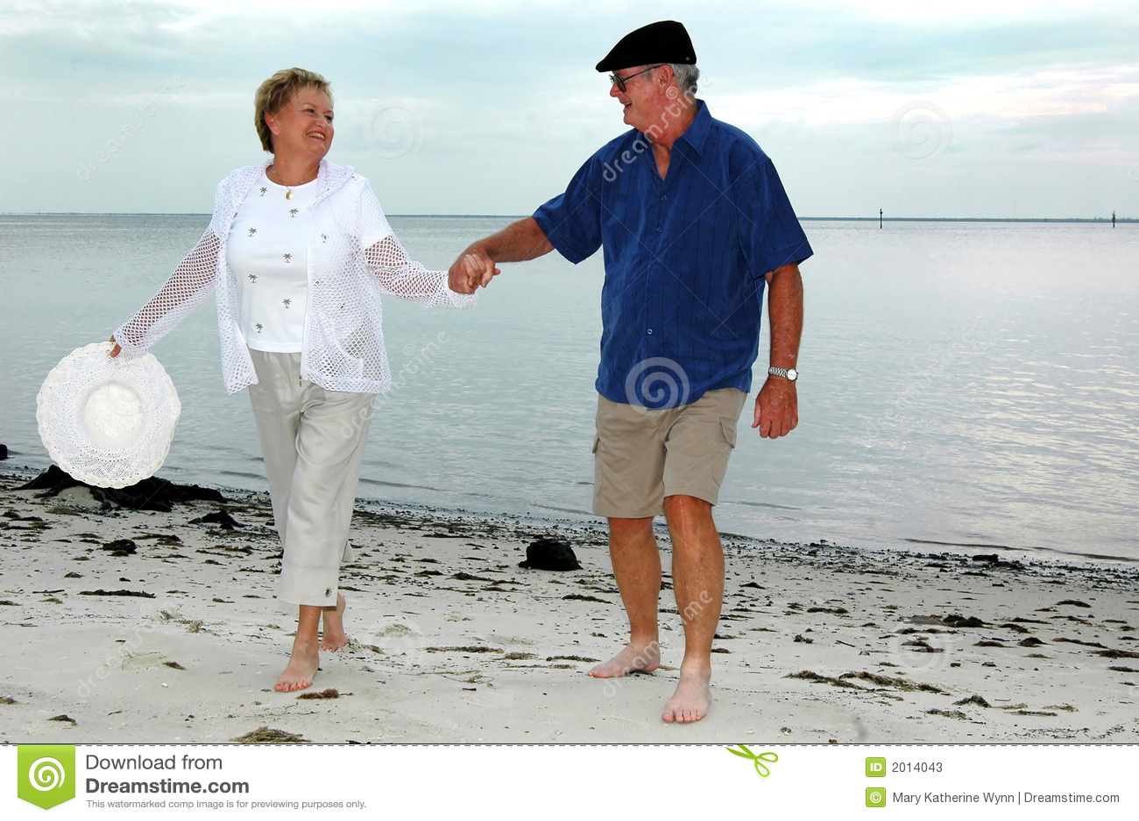Gelukkig hoger paar op strand