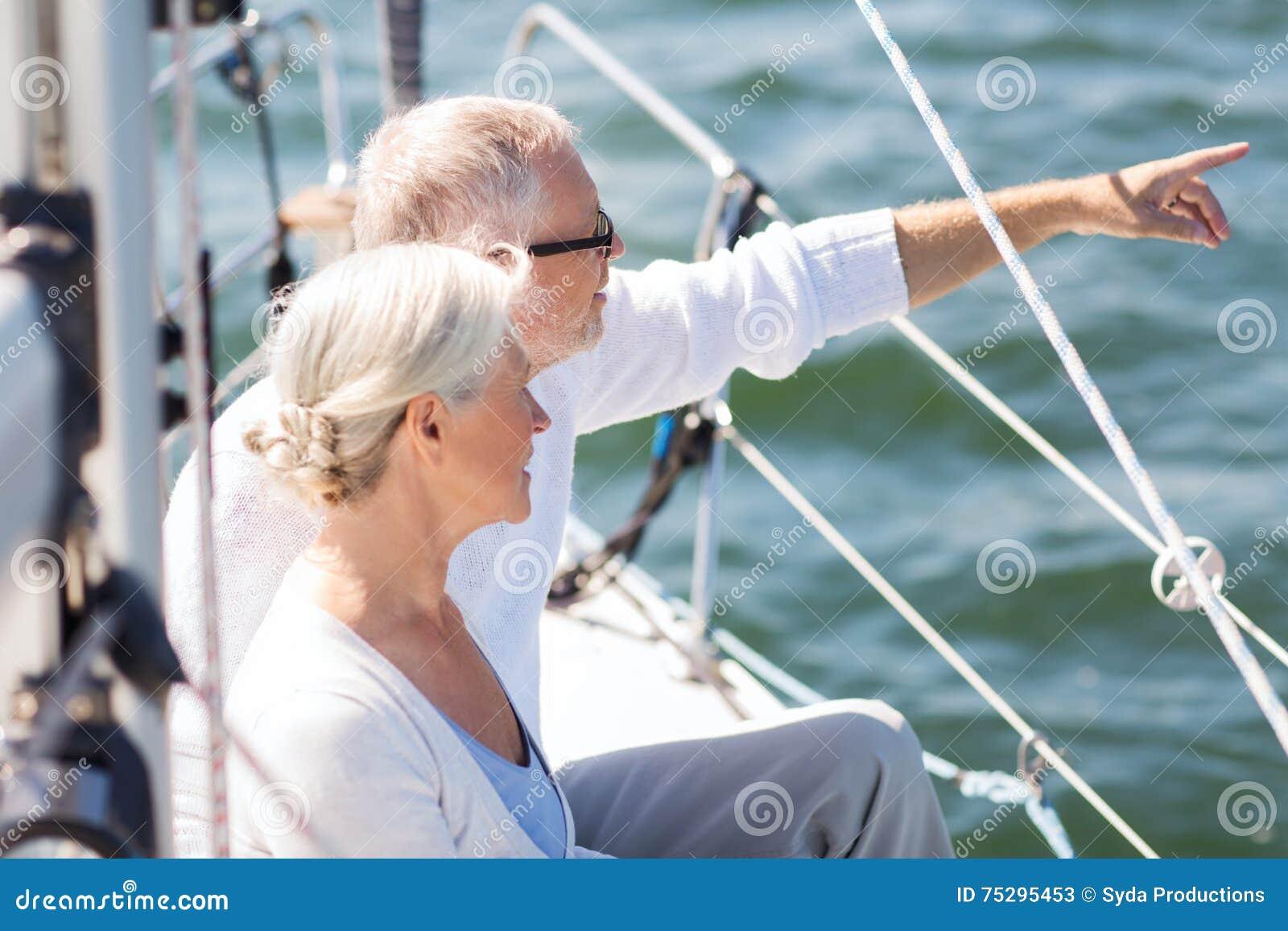 Gelukkig hoger paar op zeilboot of jacht in overzees