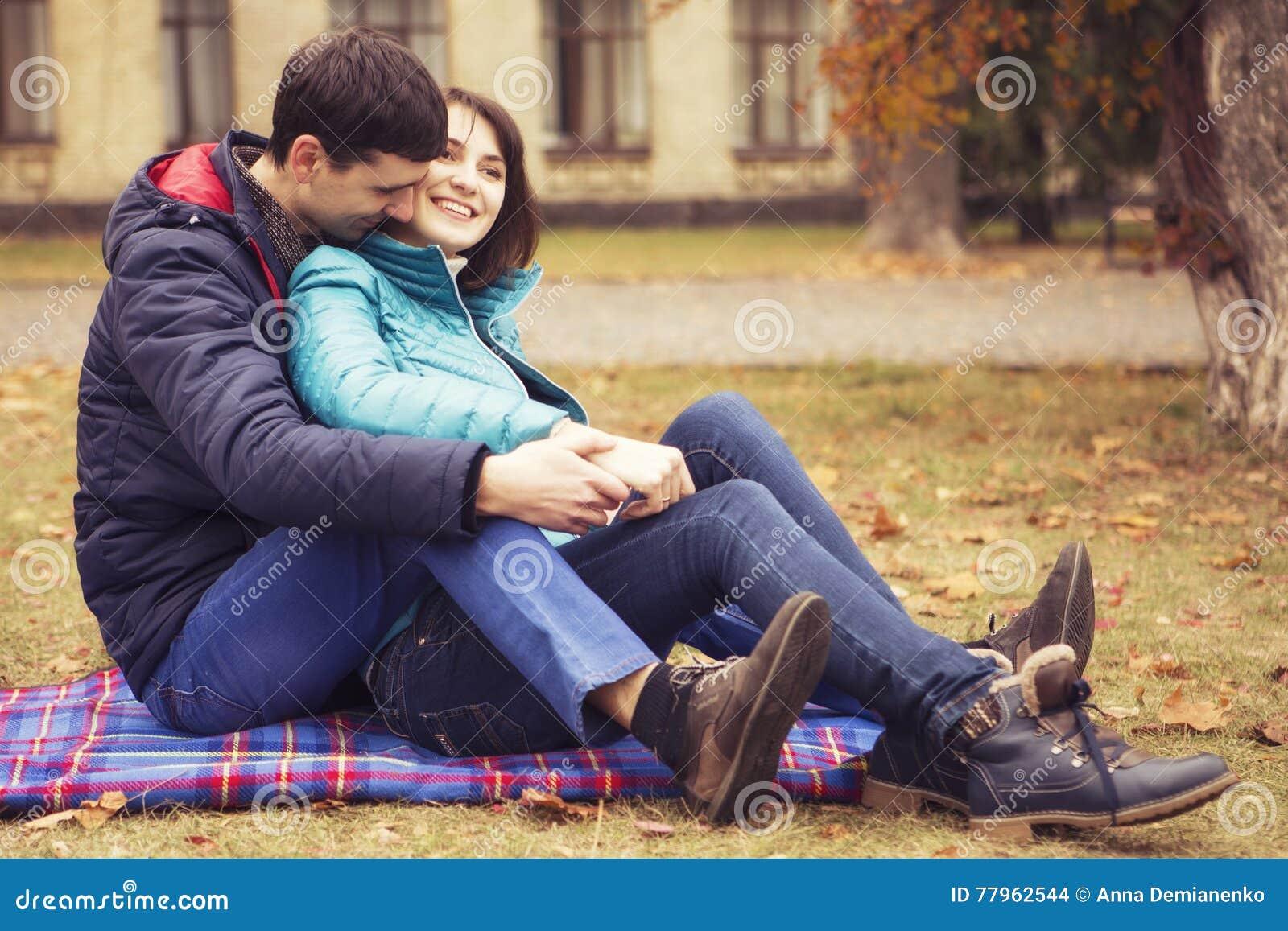 Gelukkig houdend van familiepaar die in openlucht hebbend pret op een park lopen