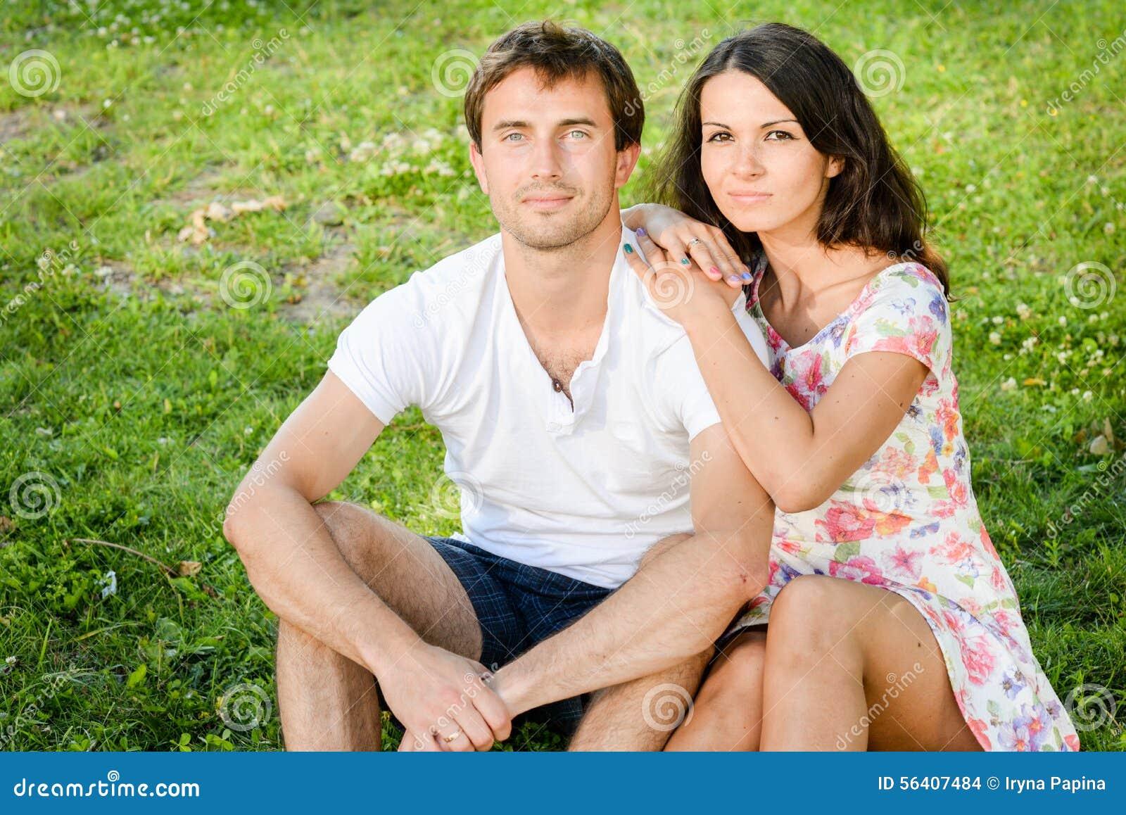 Gelukkig houdend van jong paar in openlucht