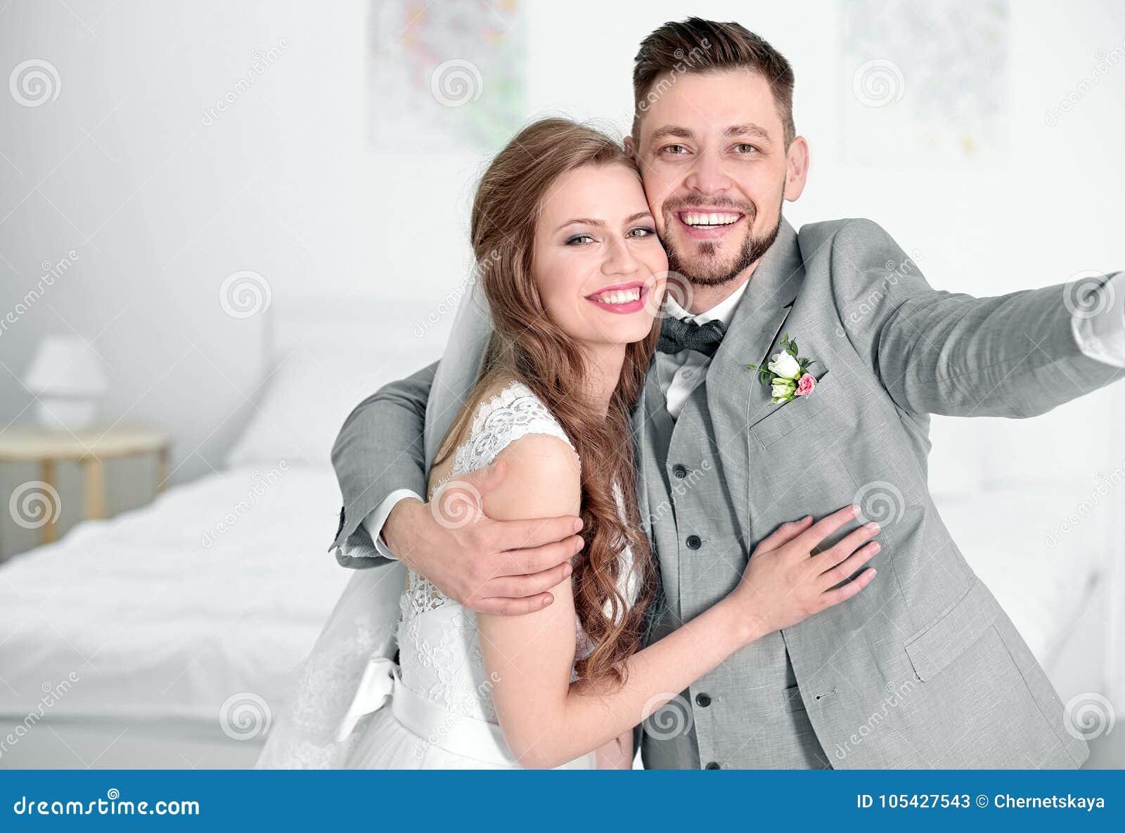 Gelukkig huwelijkspaar die selfie nemen
