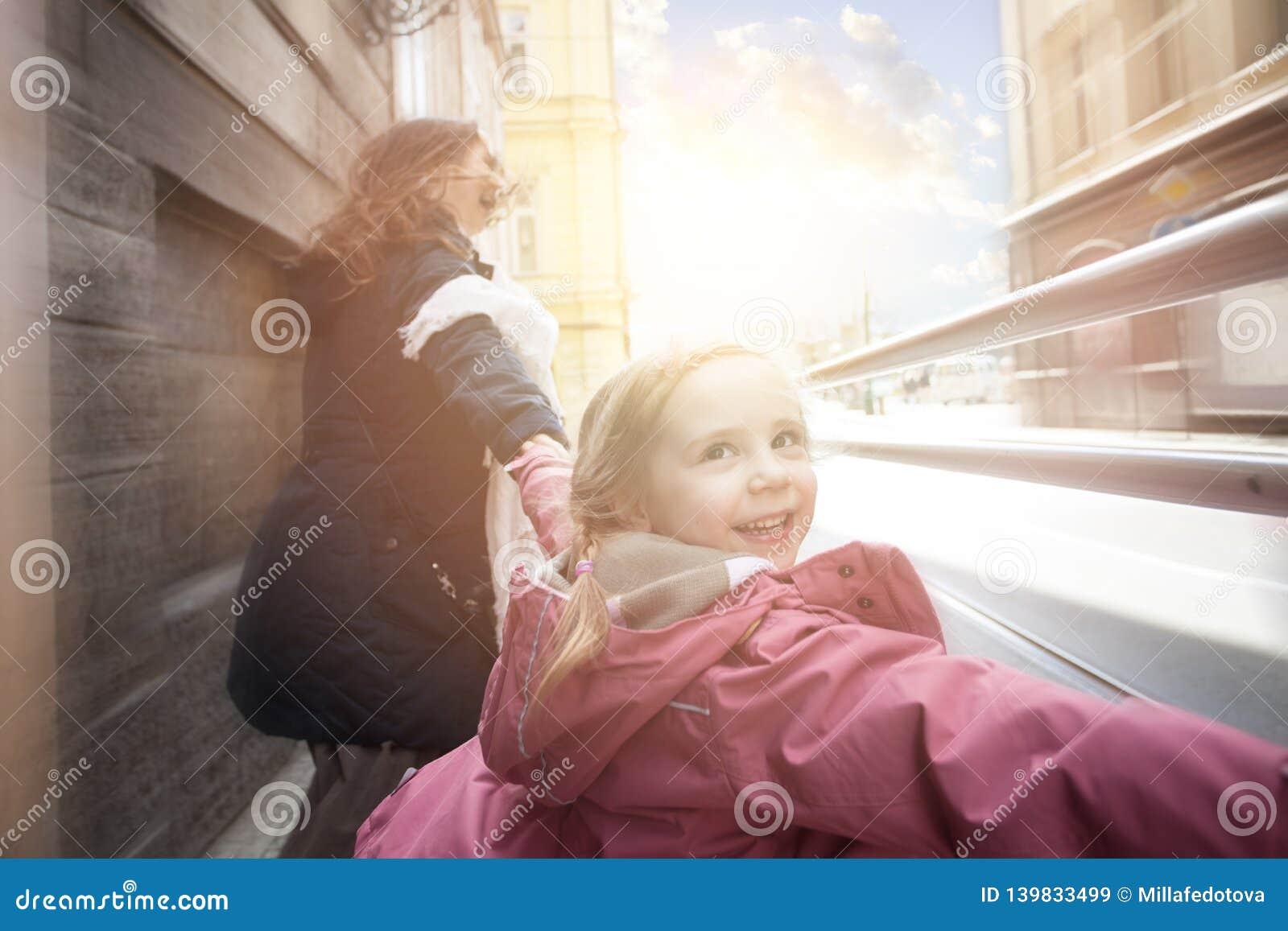 Gelukkig jong geitje die met moeder lachen openlucht, motie