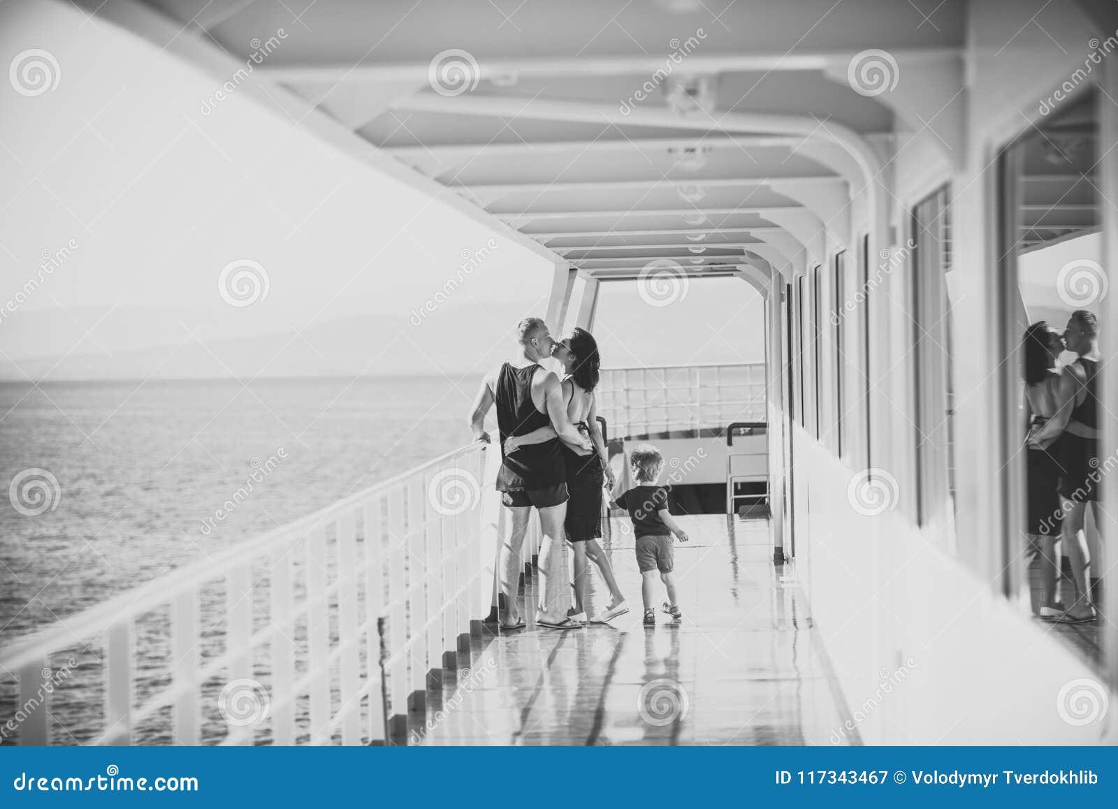 Gelukkig jong geitje die pret hebben Familie die op cruiseschip reizen op zonnige dag Familie en liefdeconcept Vader, moeder en k