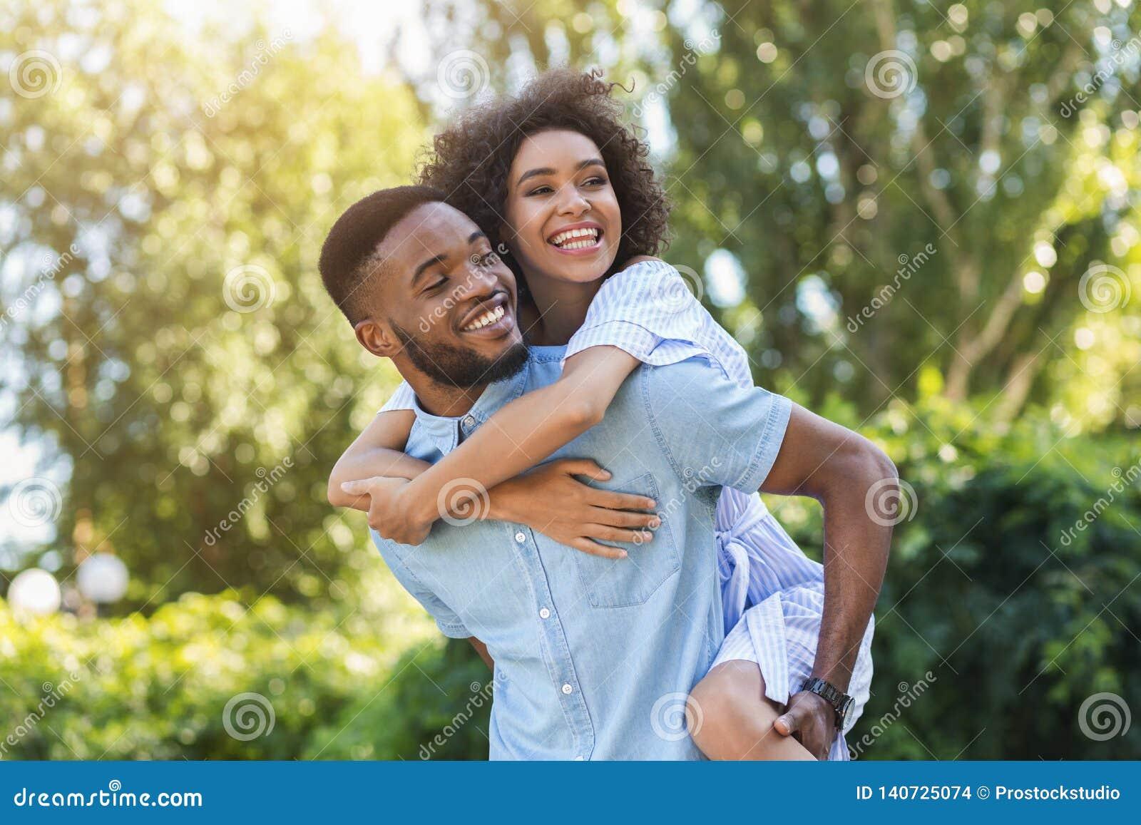 Gelukkig jong paar die en pret hebben lachen
