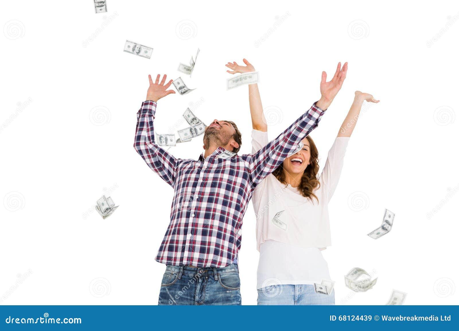 Gelukkig jong paar die muntnota s in lucht werpen