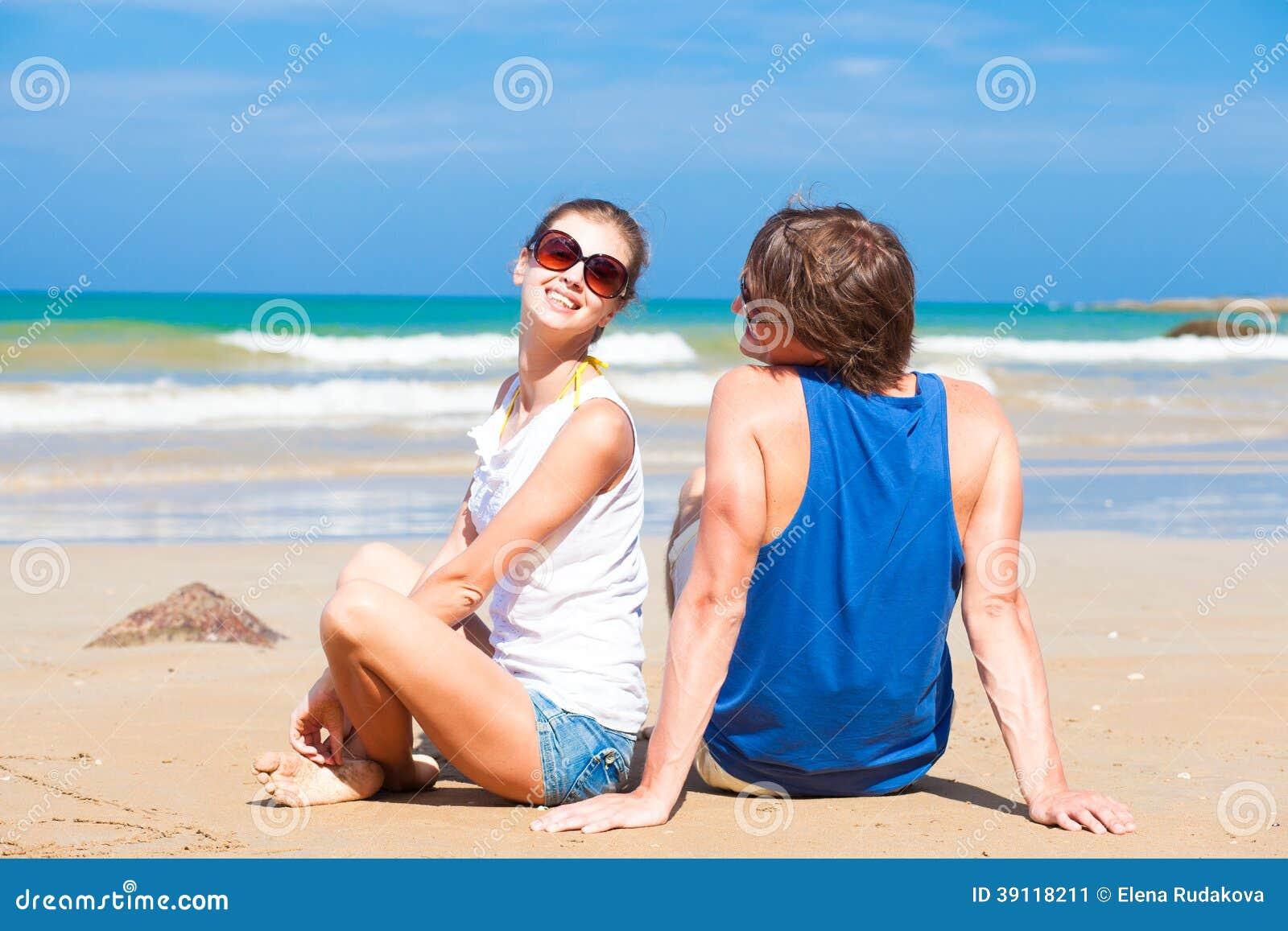 Gelukkig jong paar in heldere kleren in zonnebril