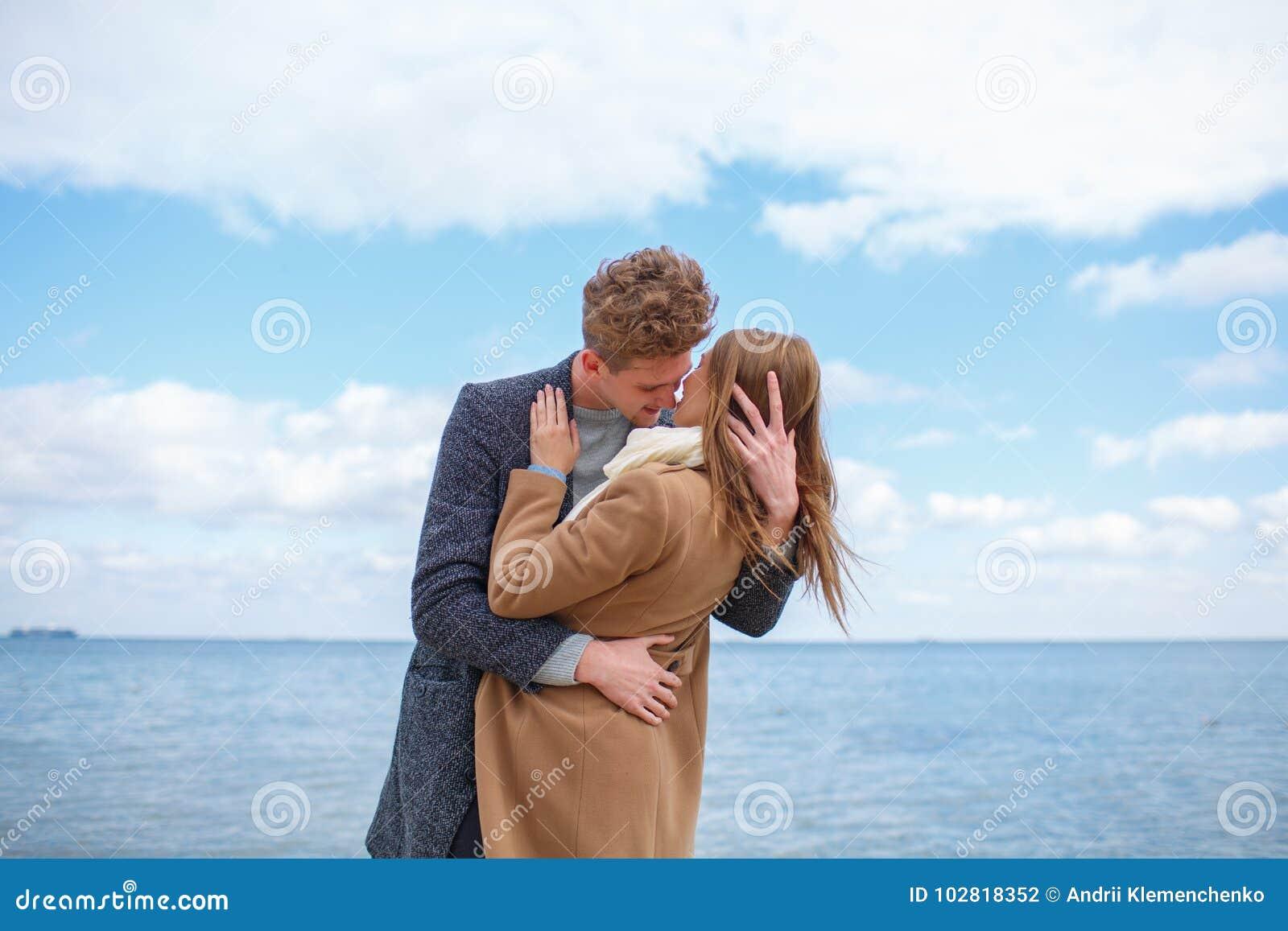Gelukkig jong pret hebben en paar die samen in openlucht lachen