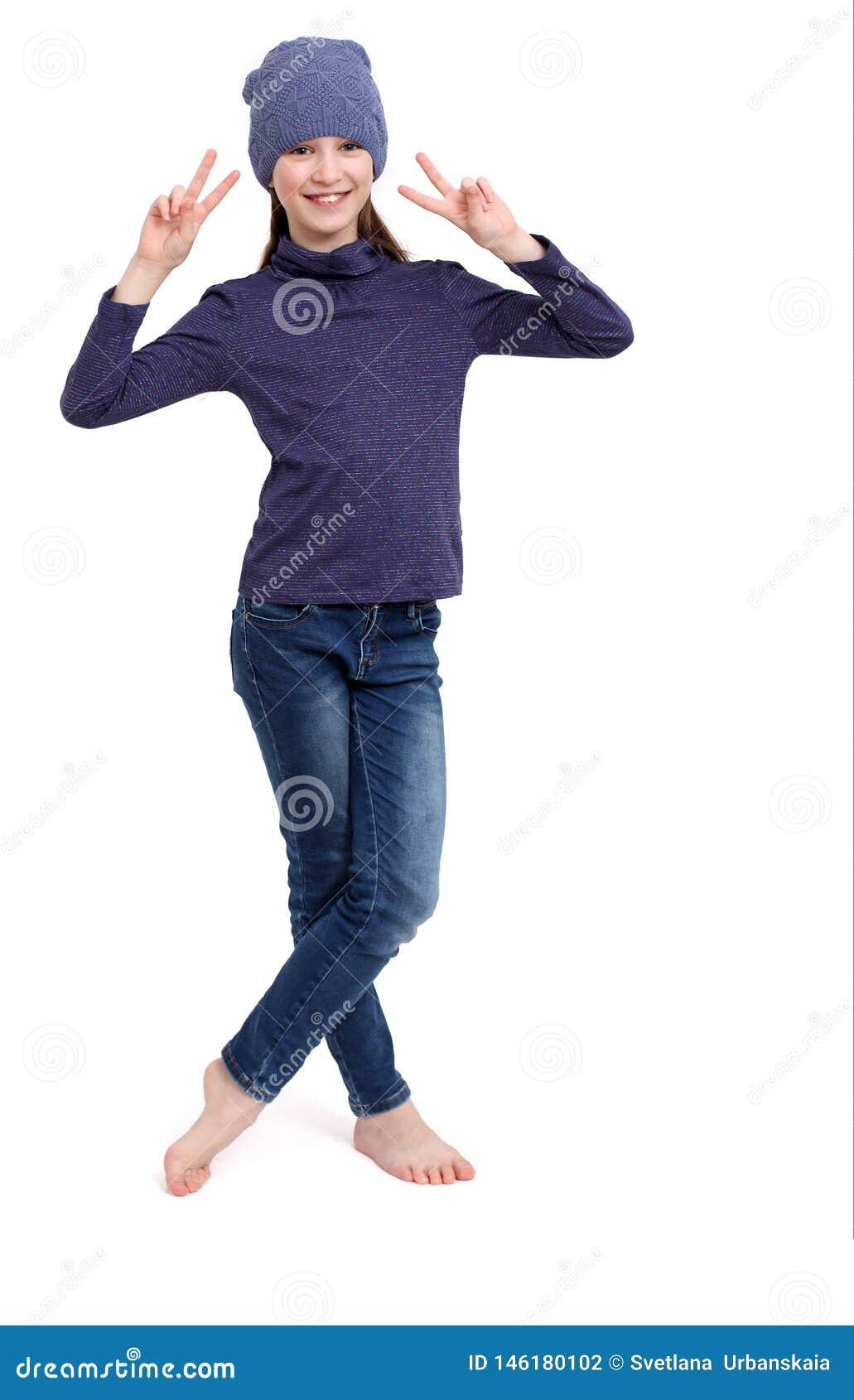 Gelukkig jong tienermeisje dat overwinningsteken toont