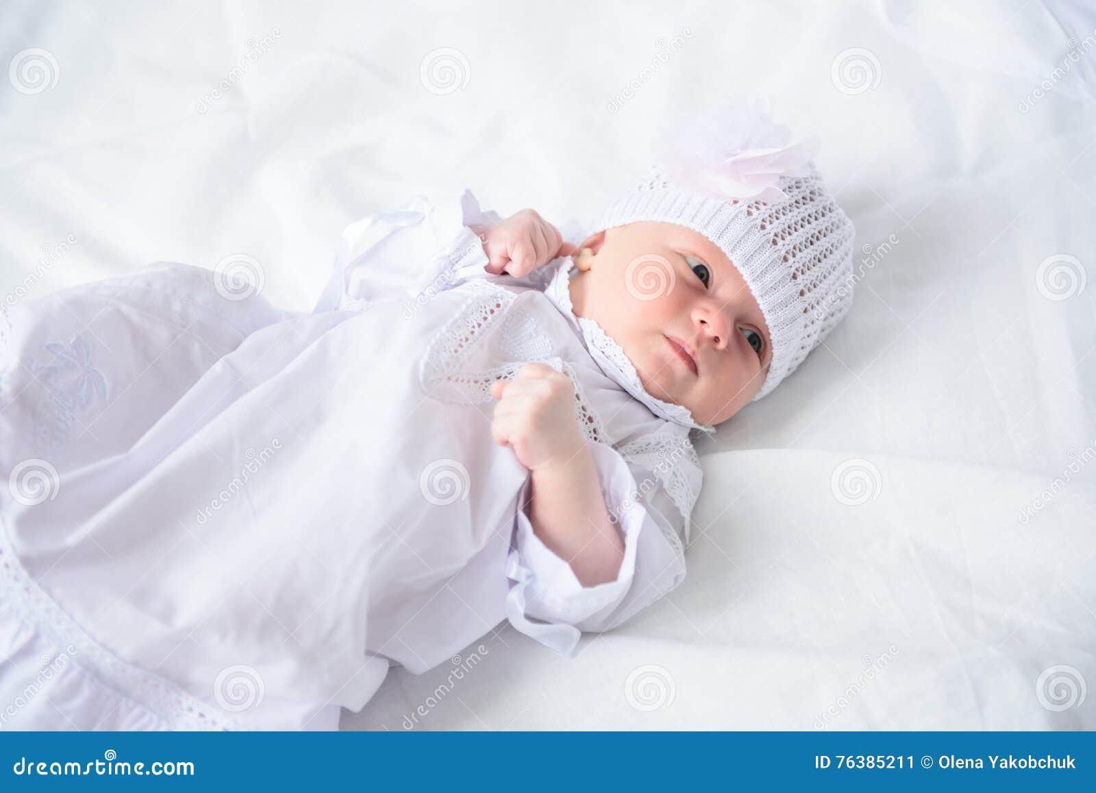 Gelukkig-kijkend baby het stellen voor camera