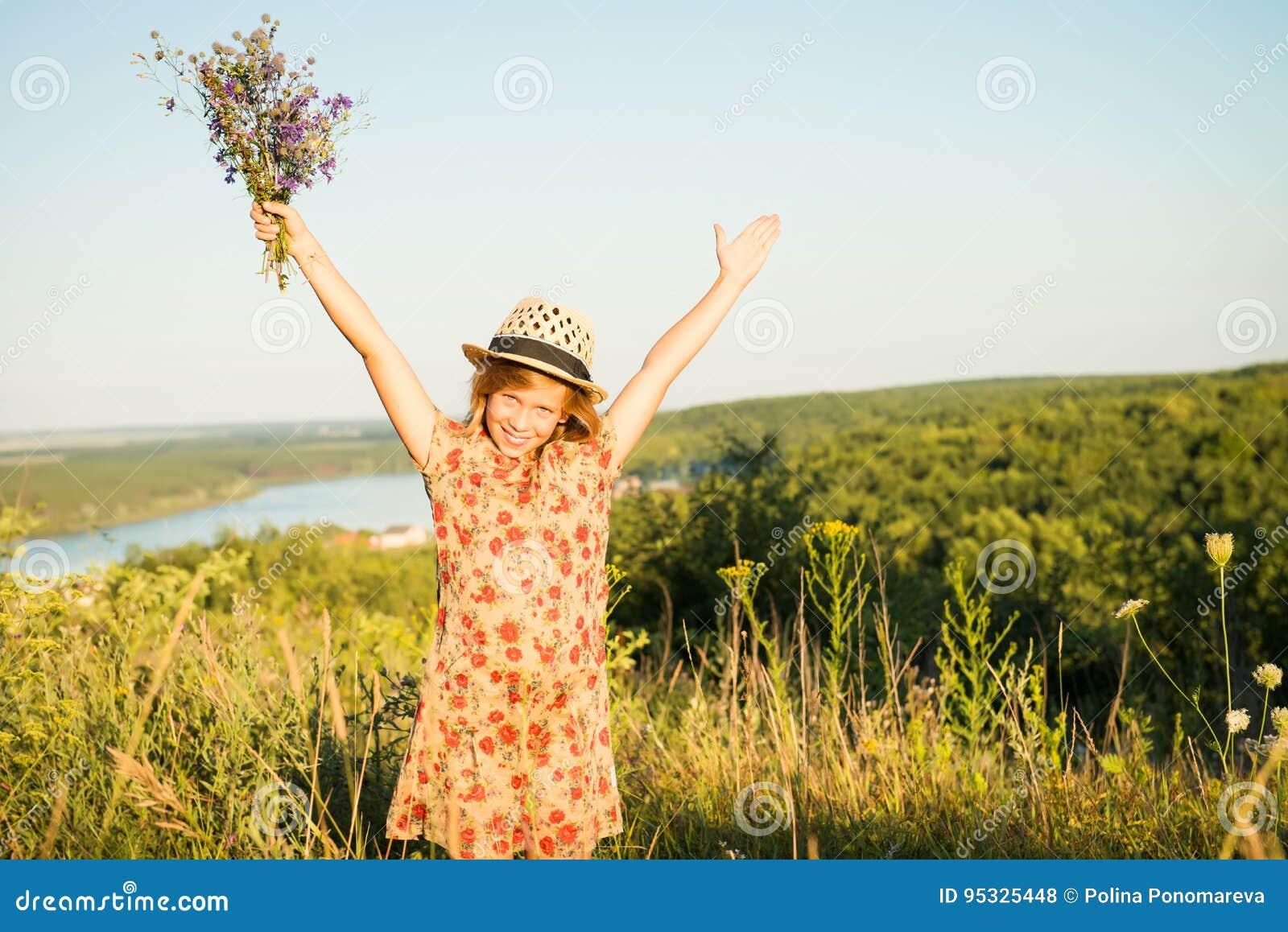 Gelukkig kind in openlucht in de heuvel Ontspannen meisje die wapens opheffen bij s