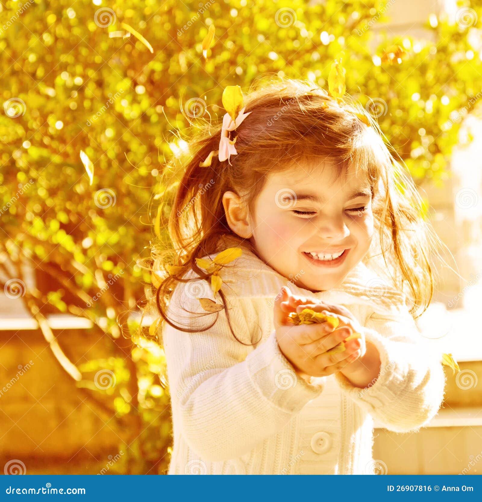 Gelukkig meisje in de herfstpark