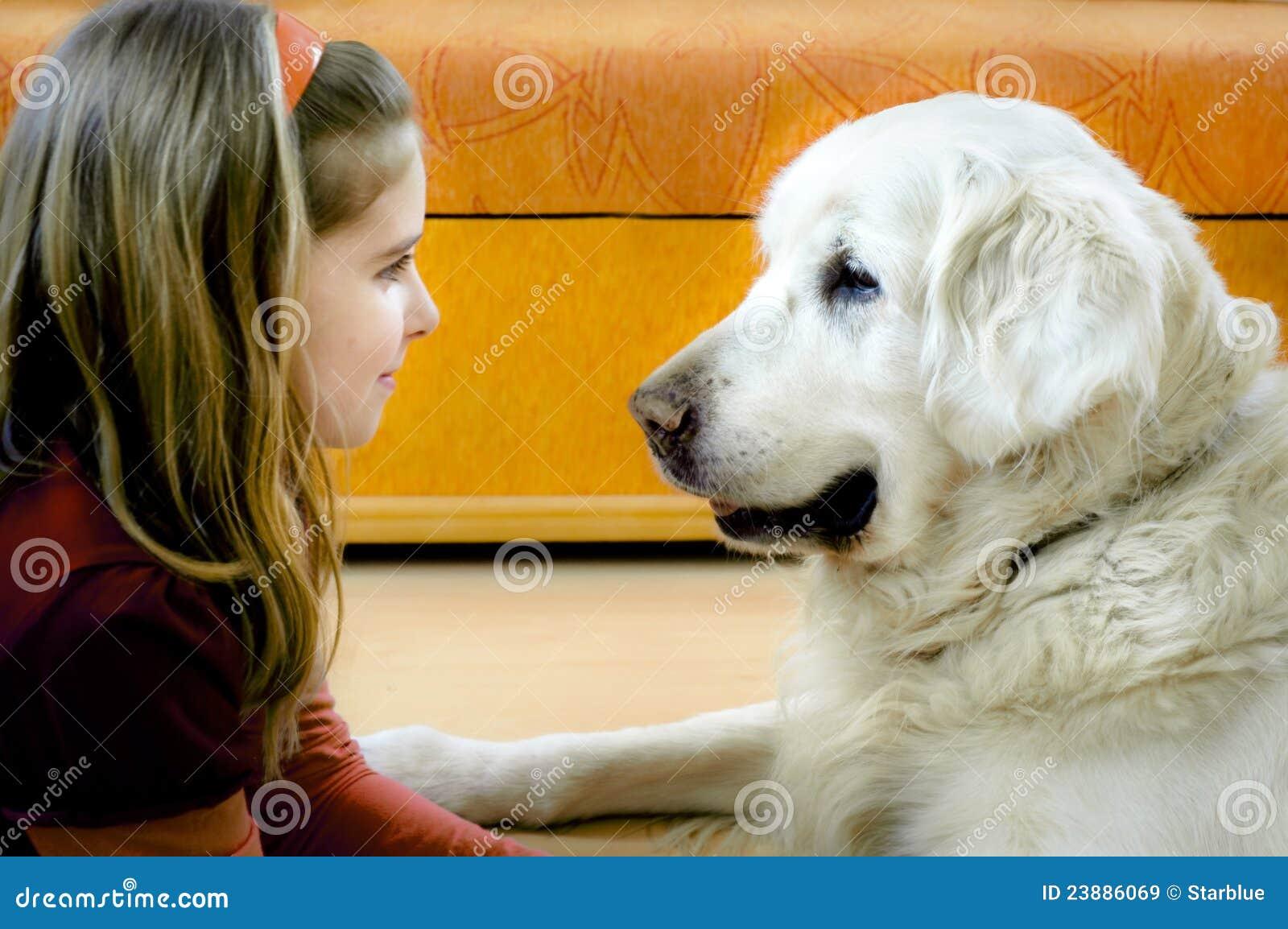 Gelukkig meisje en haar hond