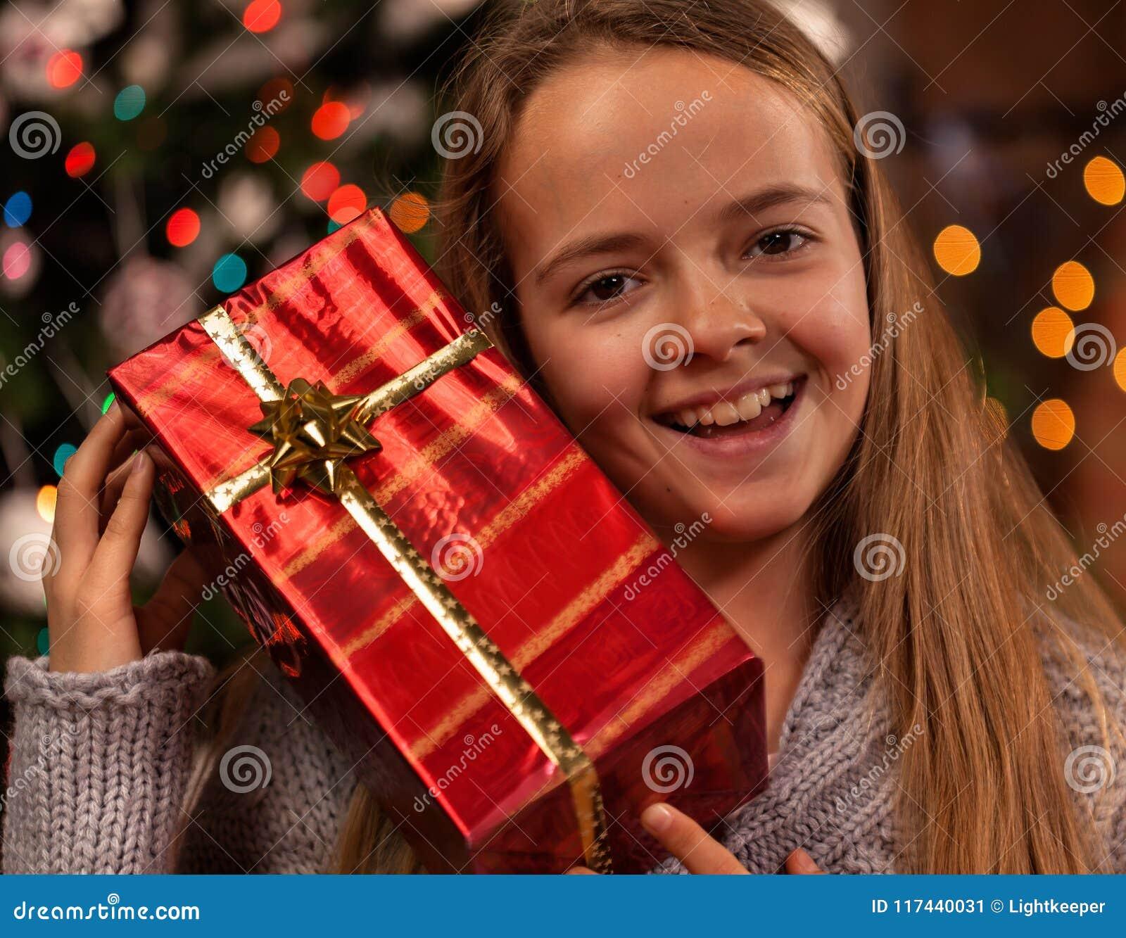 Gelukkig meisje in Kerstmistijd met een heden