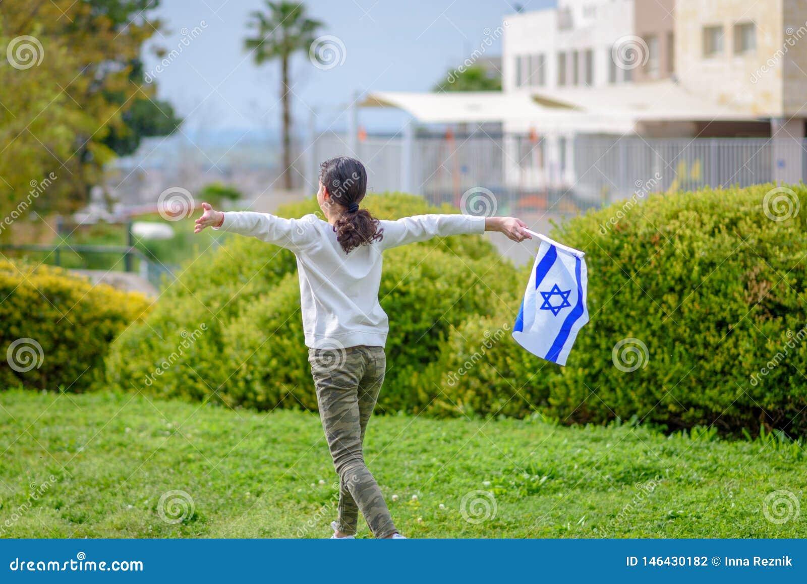 Gelukkig Meisje met de vlag van Isra?l