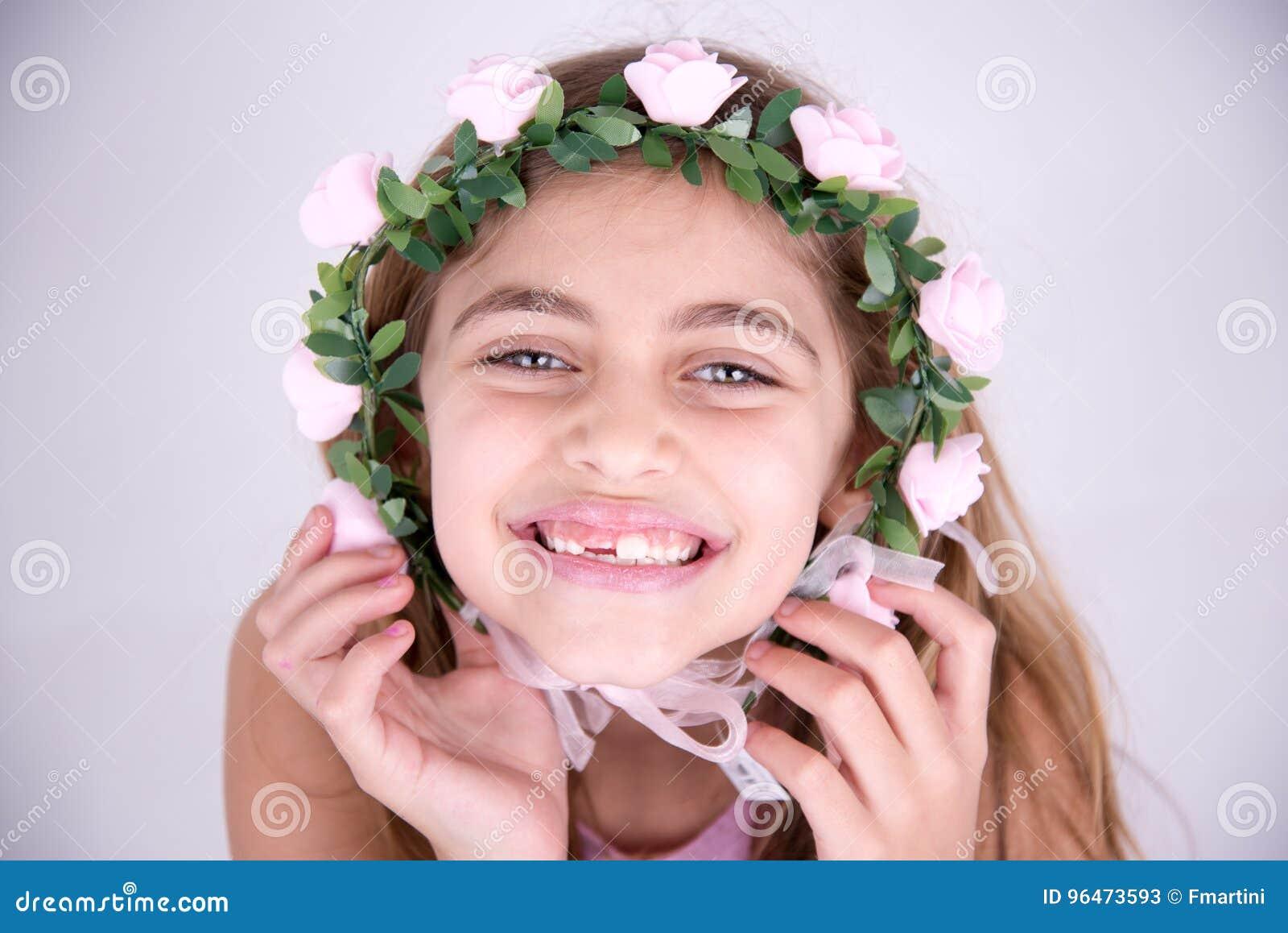Gelukkig meisje met rozen rond het gezicht