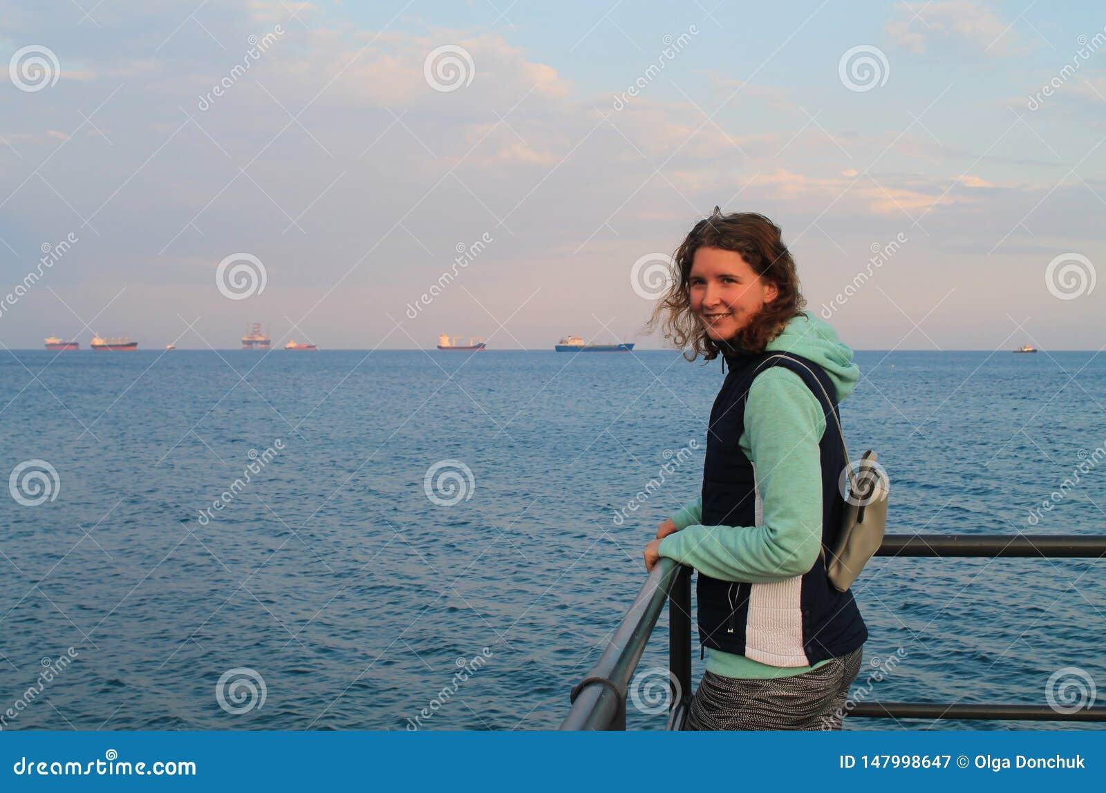 Gelukkig meisje op een overzeese pijler