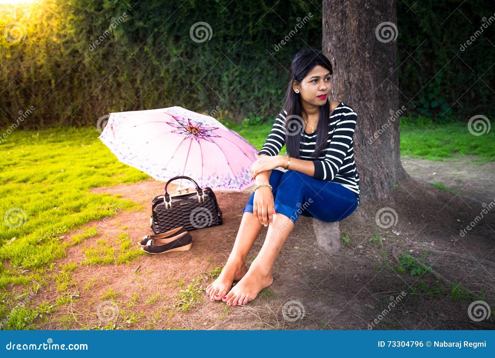 Gelukkig Mooi Meisje die rust in het Park hebben