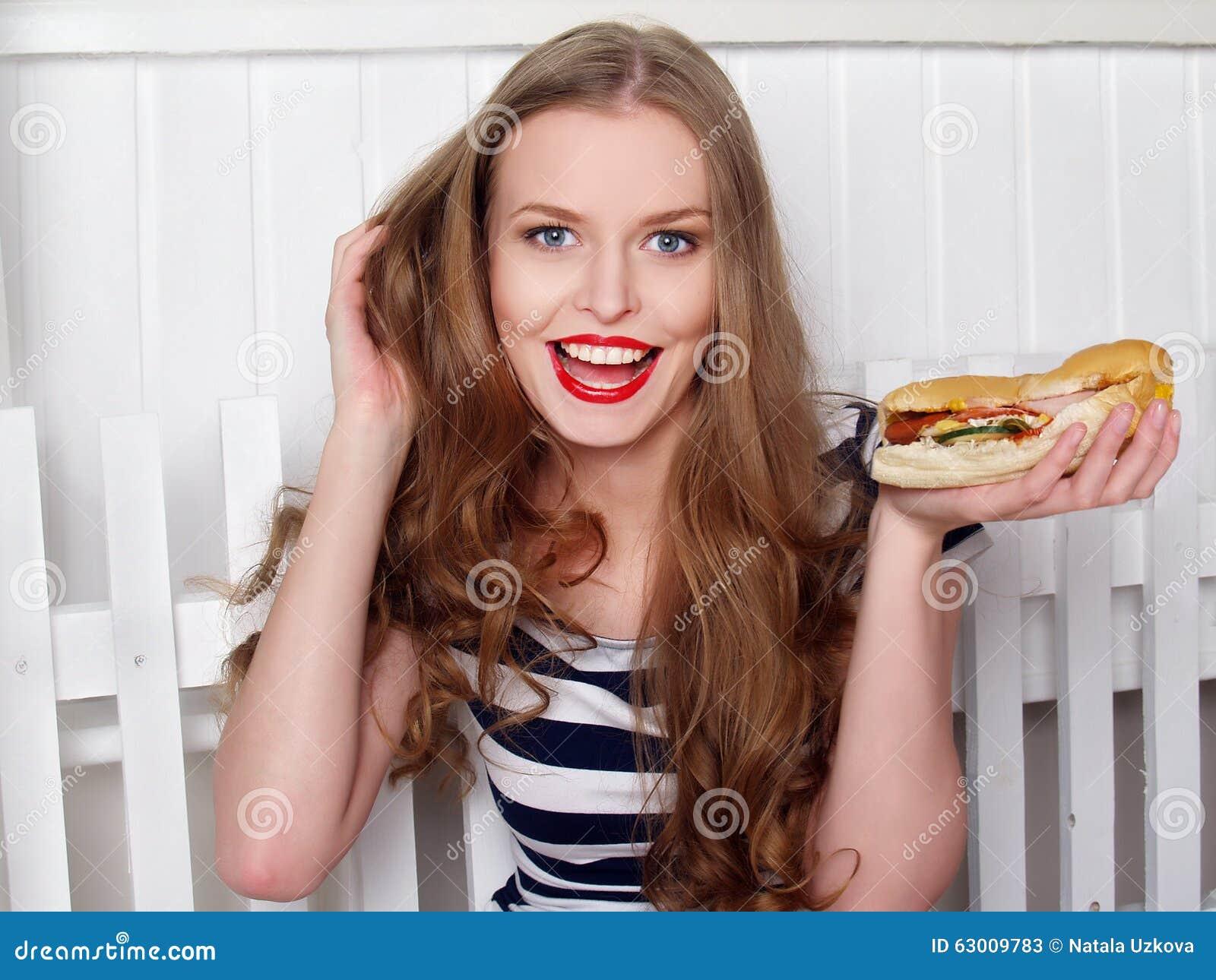 Gelukkig mooi meisje met sandwich