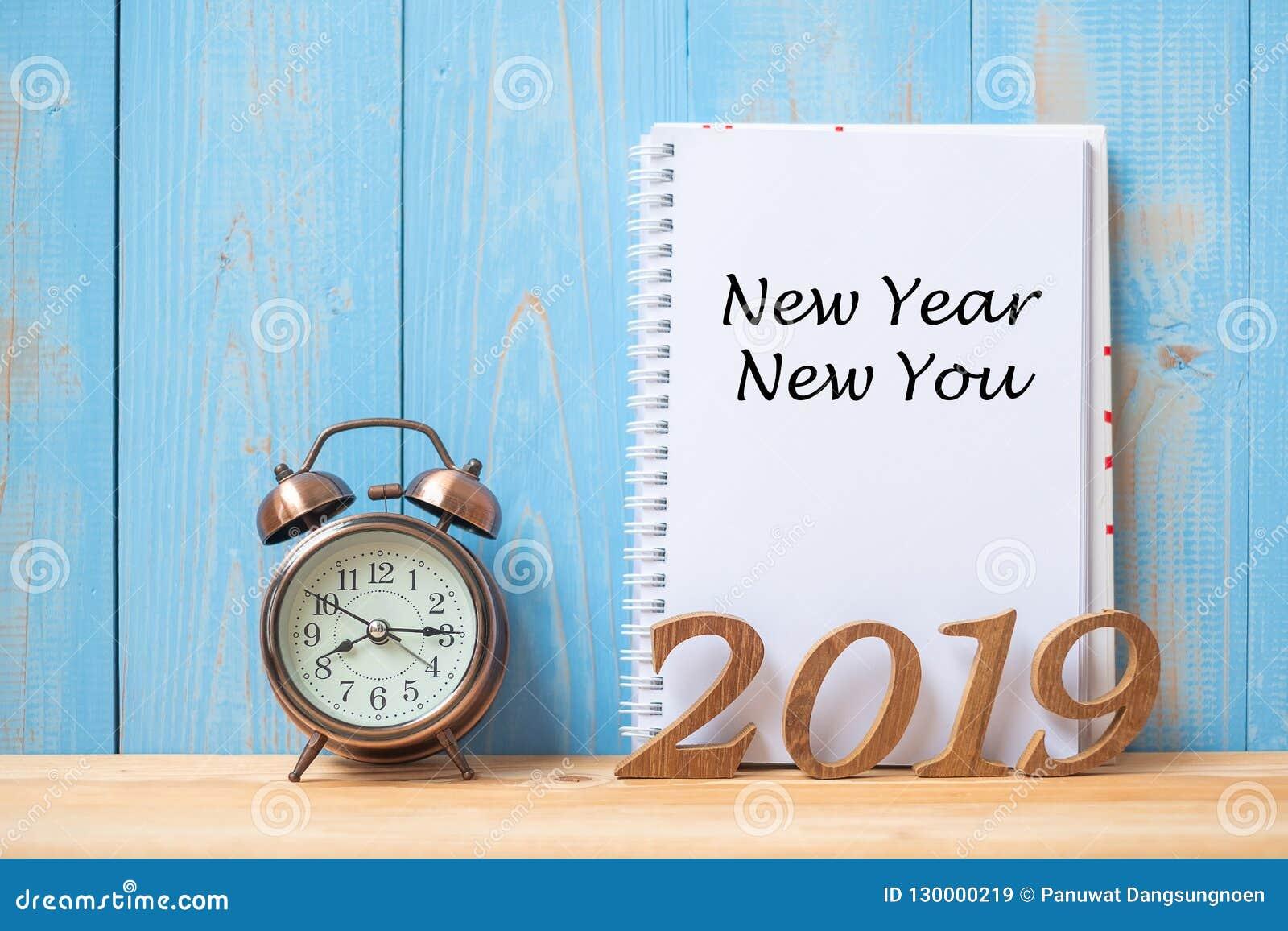 2019 Gelukkig Nieuw Nieuw jaar u Tekst op notitieboekje, retro wekker en houten aantal op lijst en exemplaarruimte