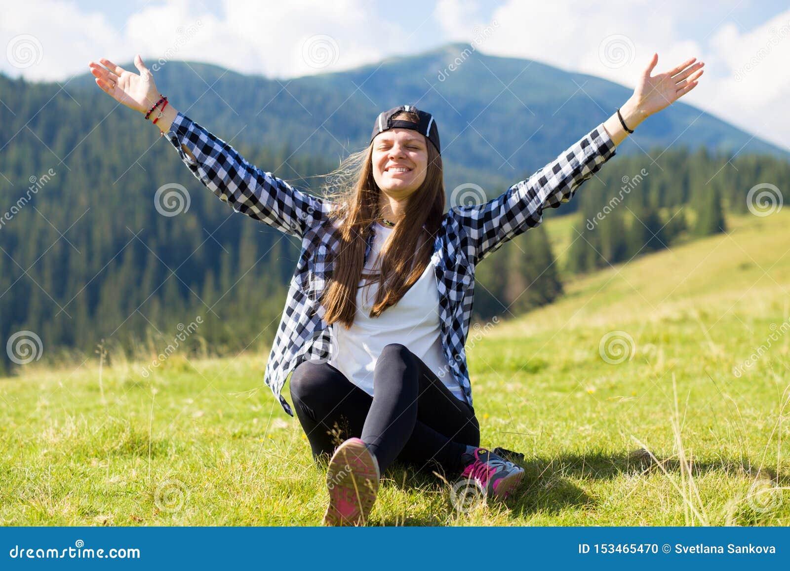 Gelukkig opgewekt meisje met handen die omhoog verbazende mening bekijken