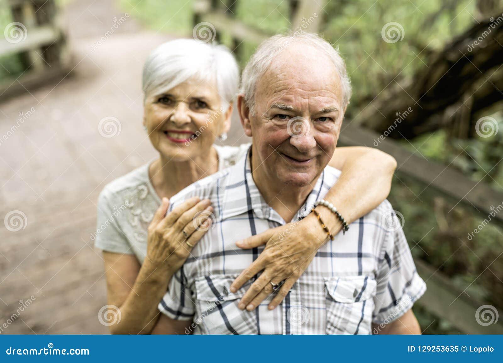 Gelukkig oud bejaard Kaukasisch paar in een park