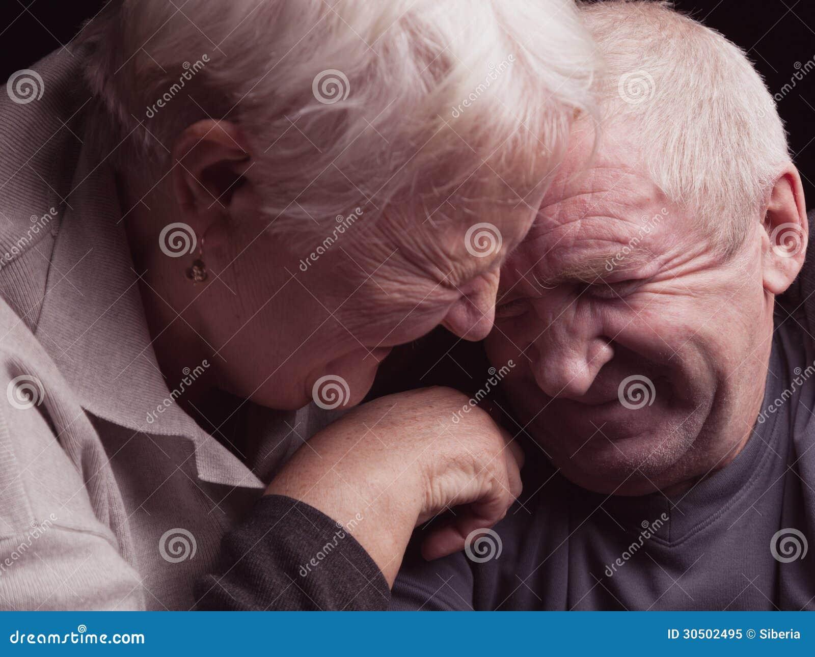 Gelukkig ouder paar op een zwarte achtergrond