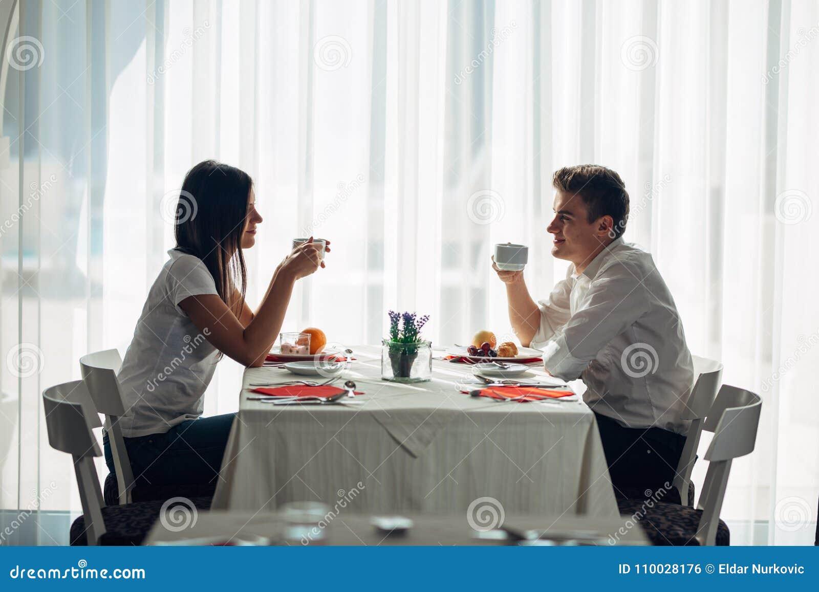 Gelukkig paar die bij restaurant lunch eten Het spreken over maaltijd Hotel volpension, al inclusief verblijf Reis, datum, voedse