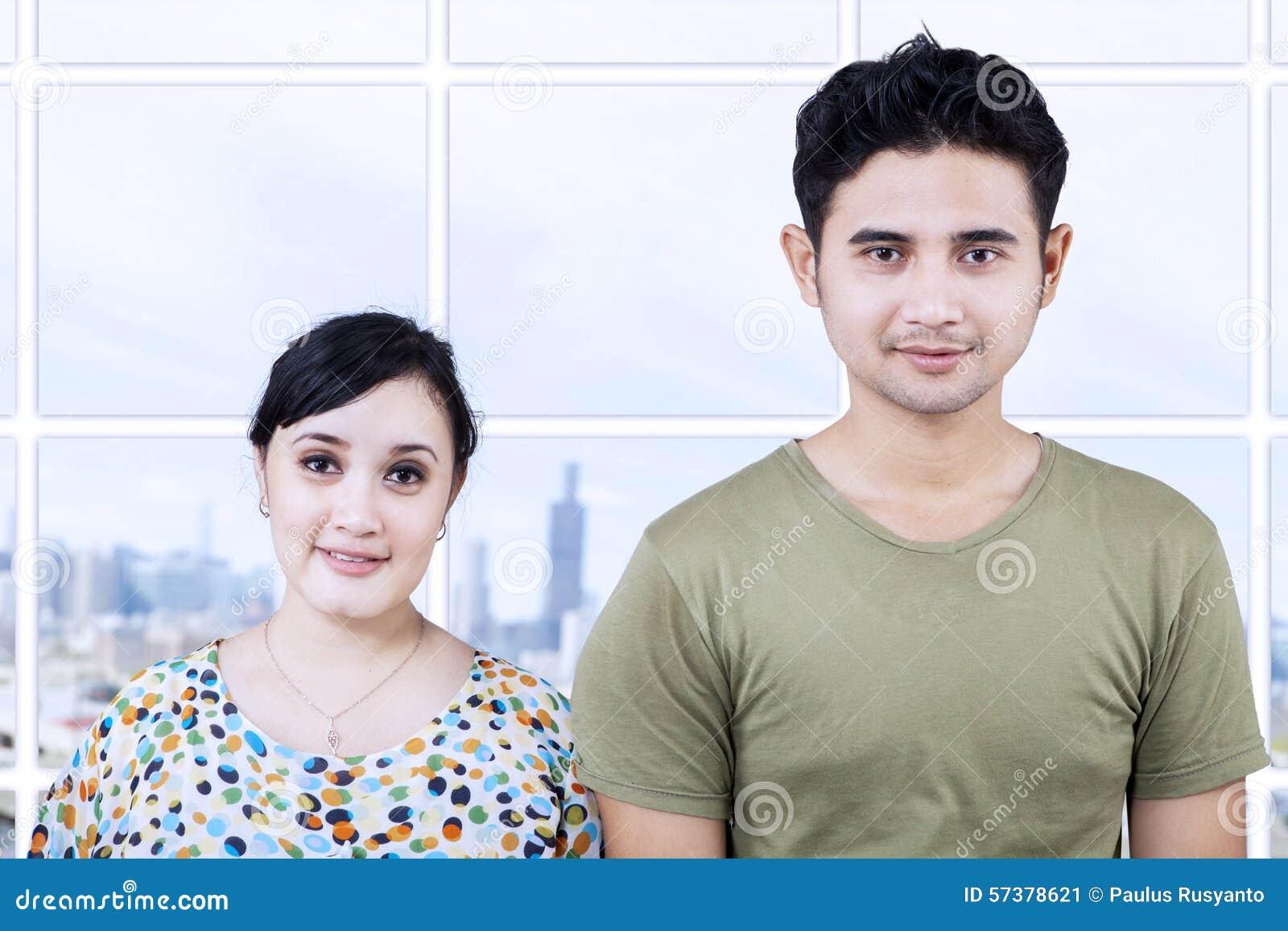 Gelukkig paar die camera in flat bekijken