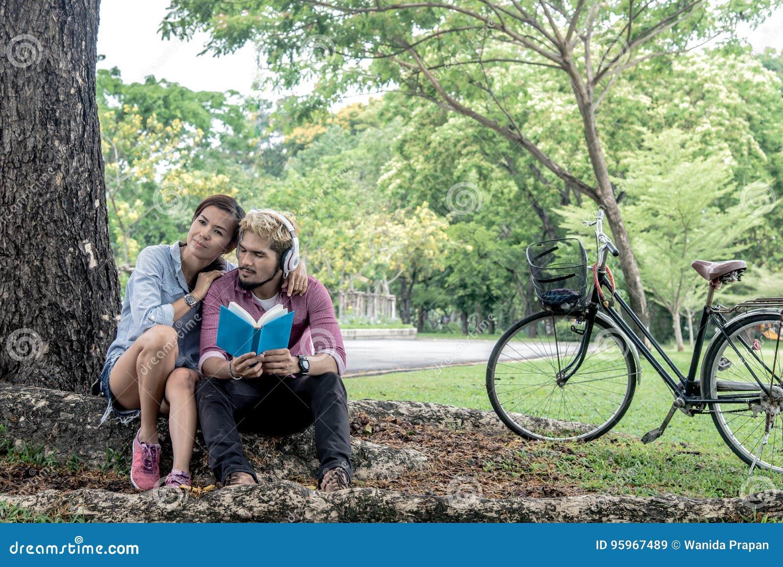 Gelukkig paar die een boek lezen terwijl het luisteren muziek