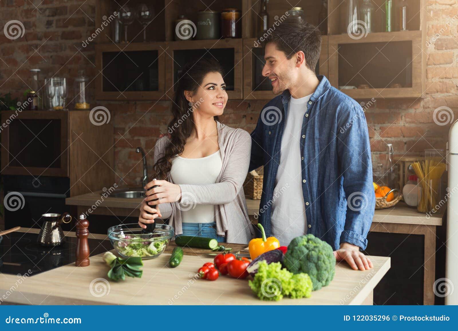 Gelukkig paar die gezond voedsel samen koken