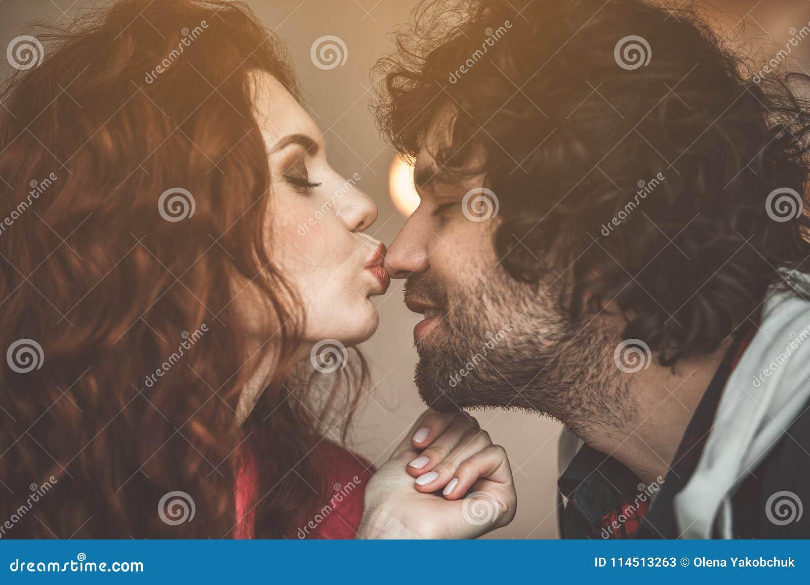Gelukkig paar die hun liefde met elkaar delen