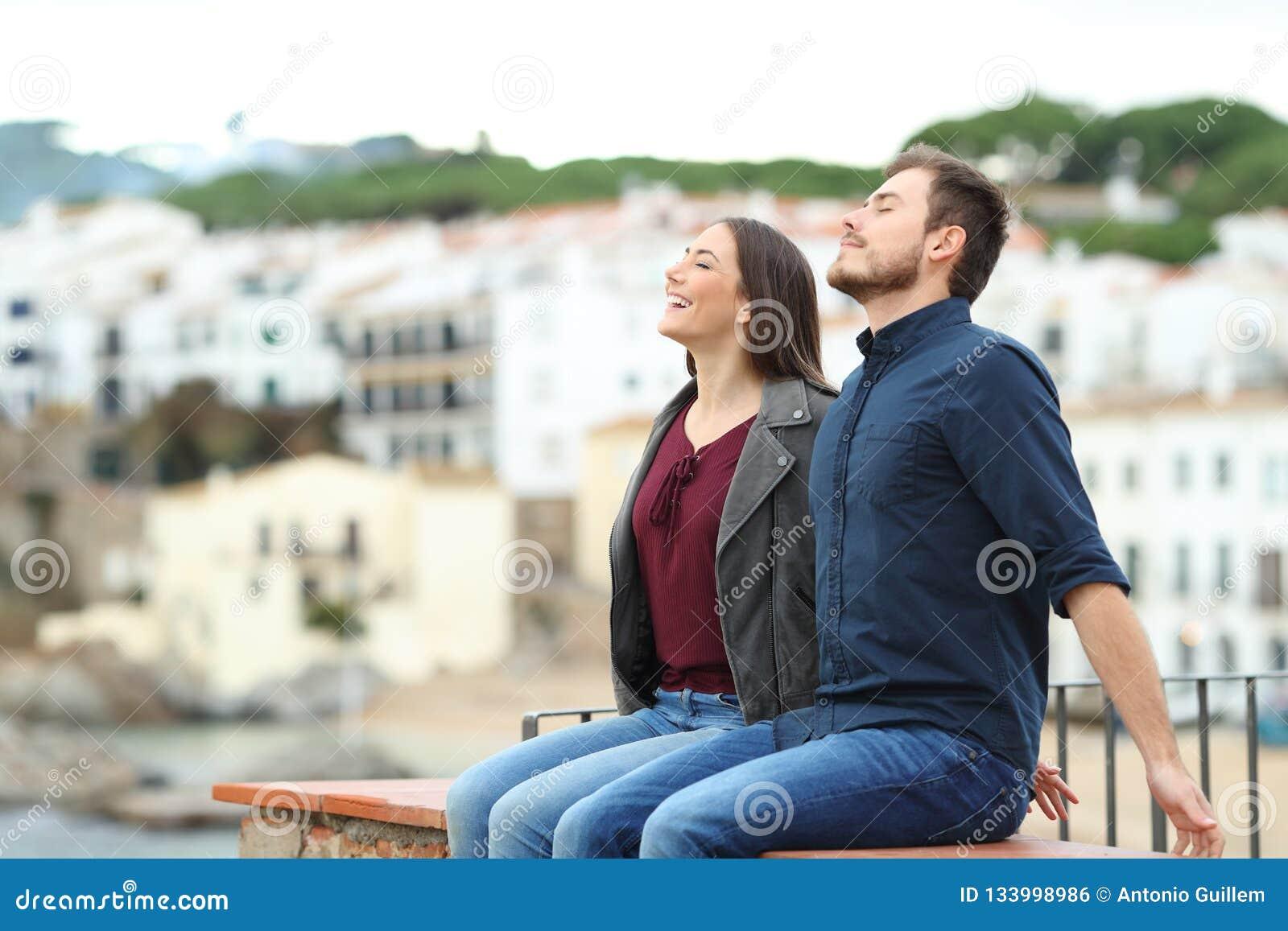 Gelukkig paar die op een richel op vakantie ademen