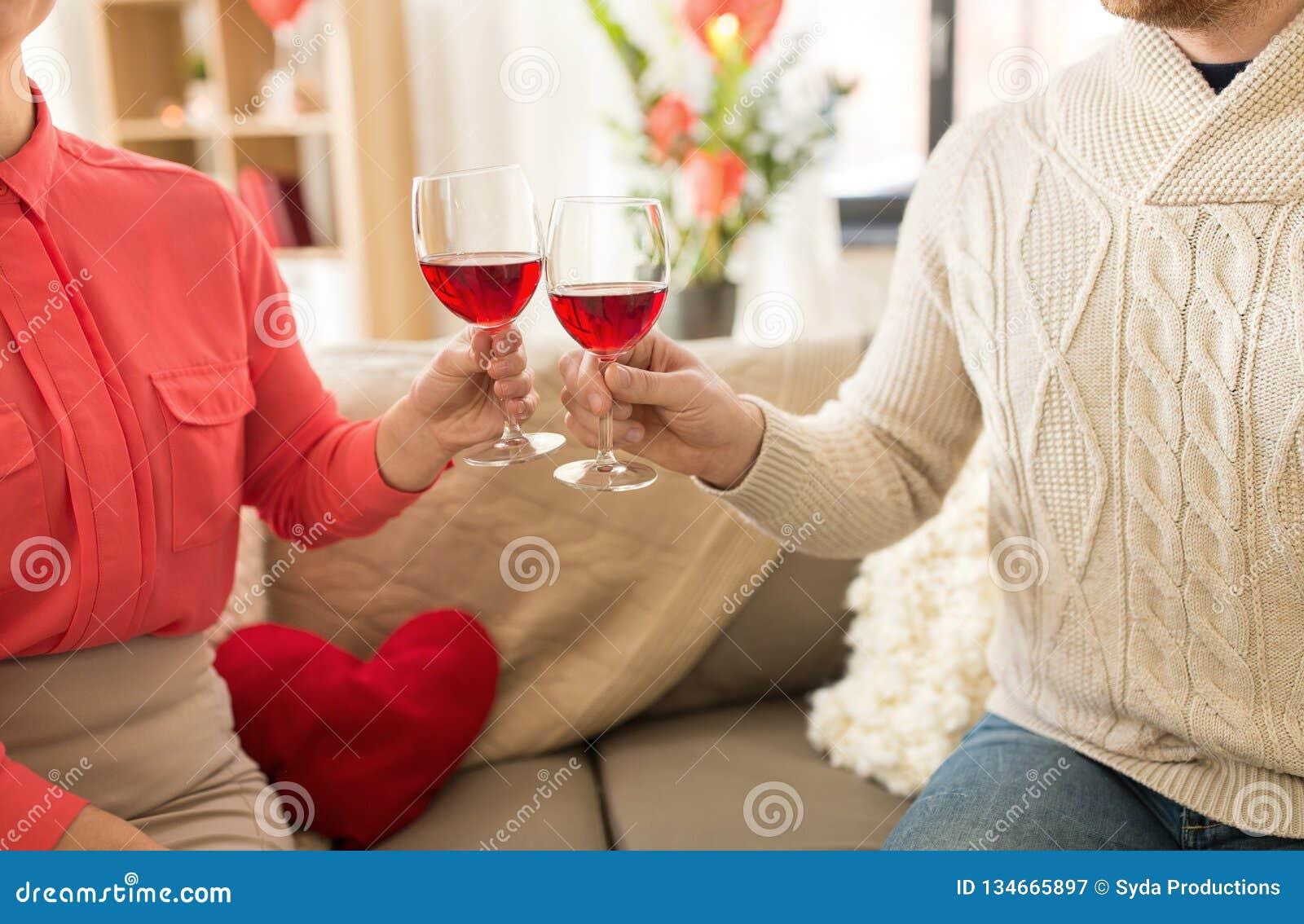 Gelukkig paar die rode wijn op valentijnskaartendag drinken