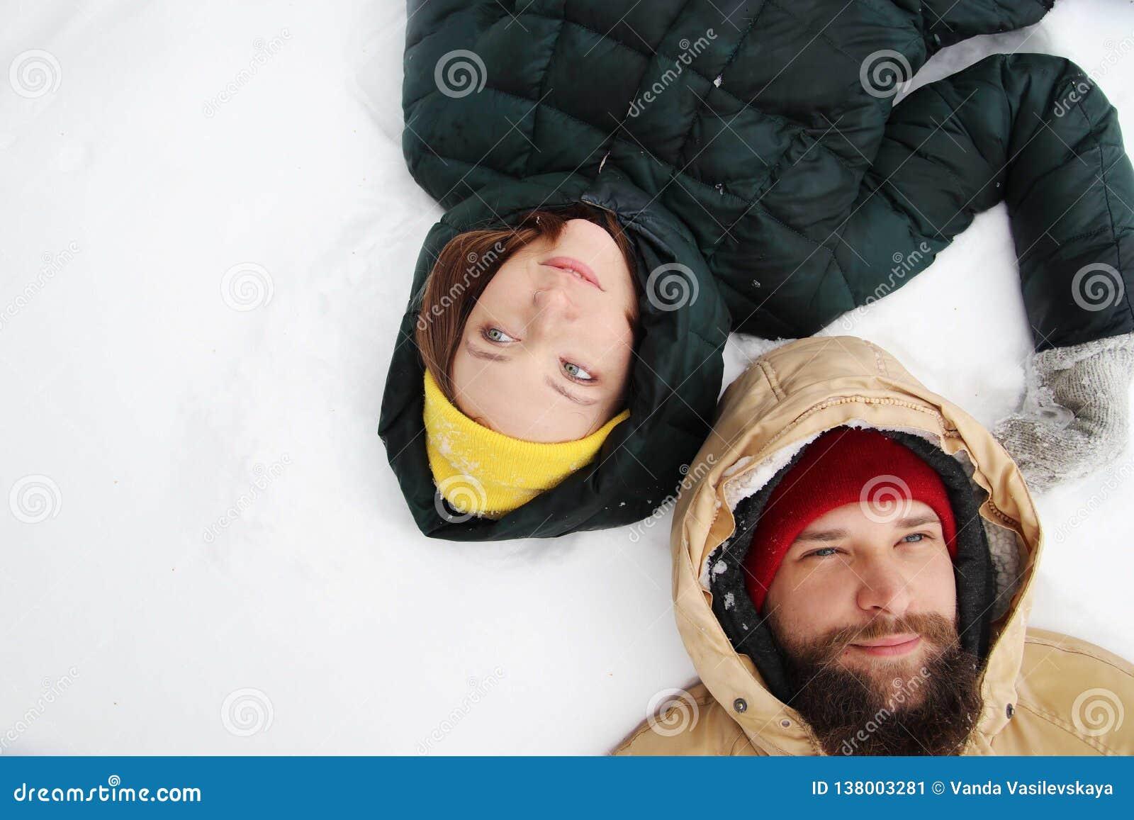 Gelukkig paar in liefde die pret in de sneeuw hebben