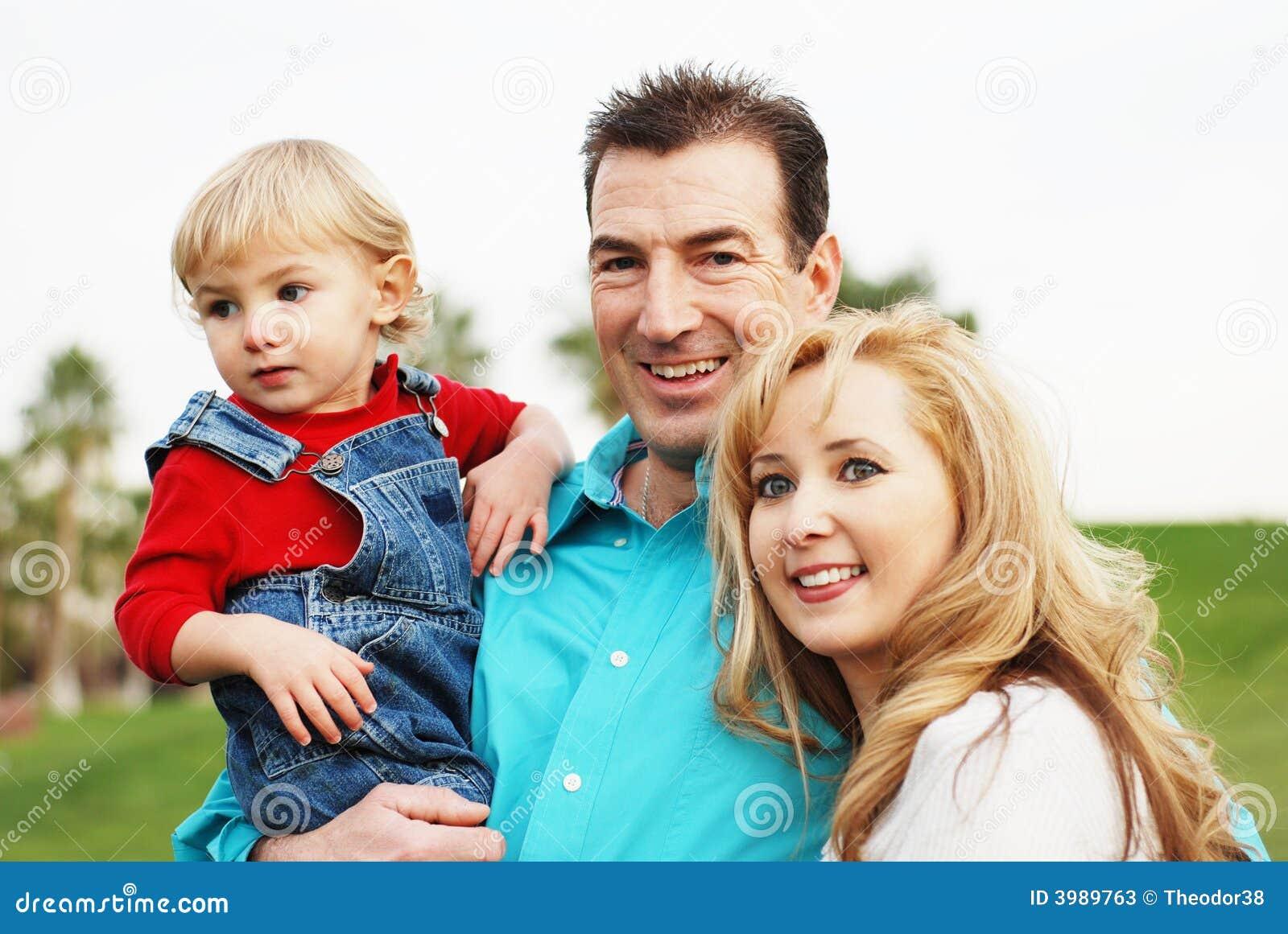 Gelukkig paar met een kind