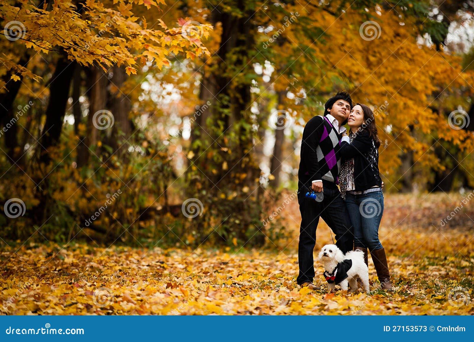 Gelukkig Paar met Hond tijdens de Herfst