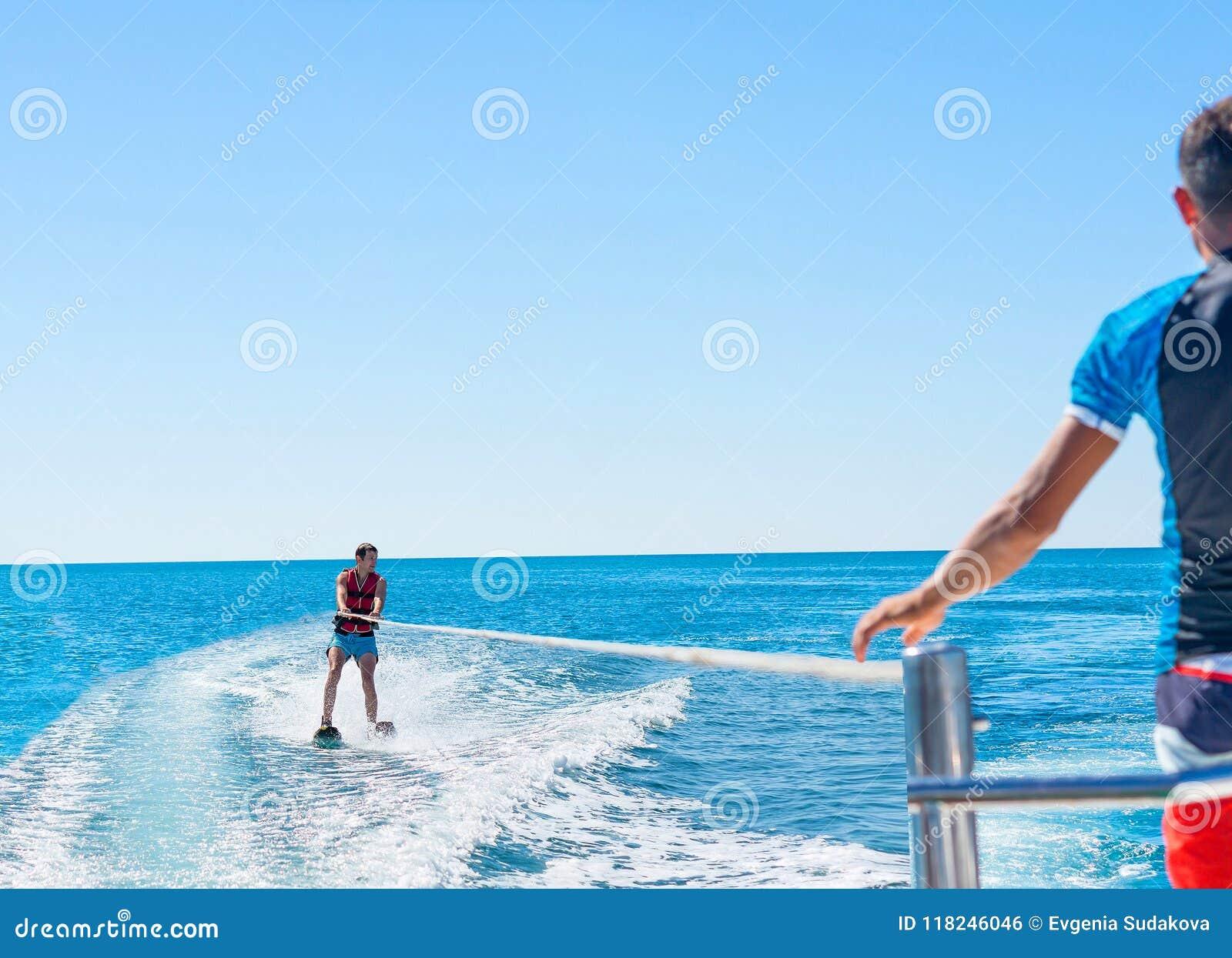 Gelukkig paar Parasailing in Dominicana-strand in de zomer Paaru